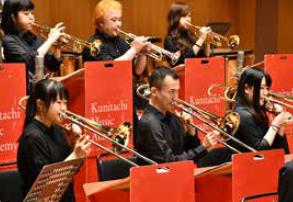 国立音楽院ビッグバンドの演奏風景。数名が管楽器を演奏している様子。
