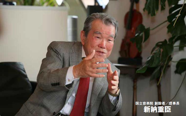 国立音楽院 理事長・新納重臣の写真。身振り手振りを交えてにこやかな表情で語りかけている様子。