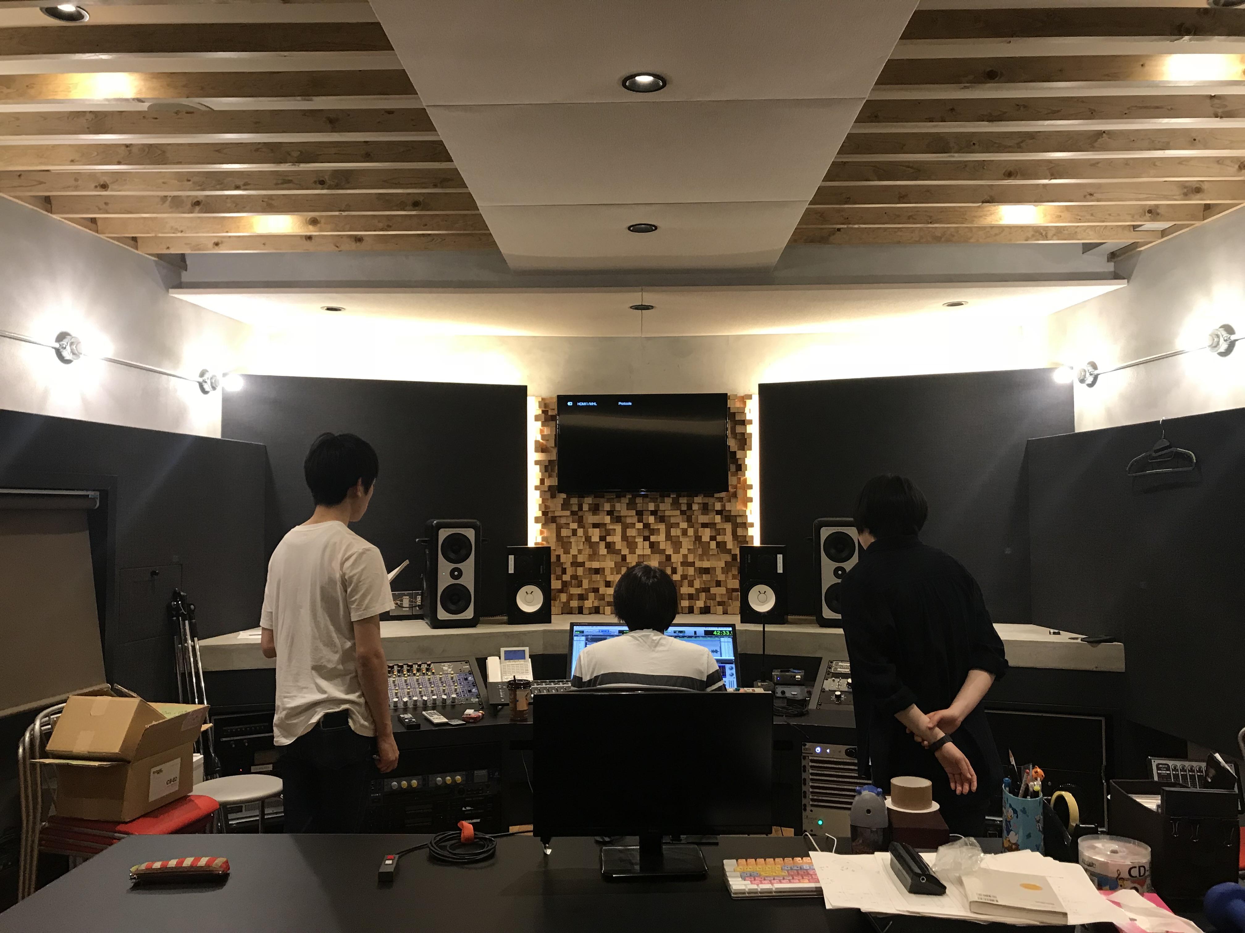 KMA Recording Studioで国立音楽院の音響講師を務める吉崎拓郎先生がミキシングする様子を横から見学する学生2名。