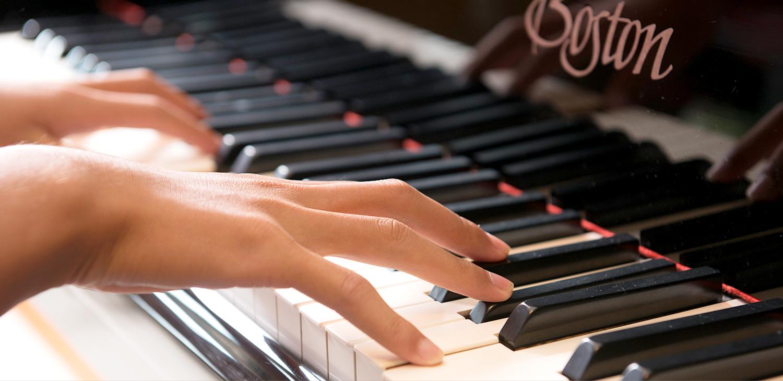 ピアノを弾く手元