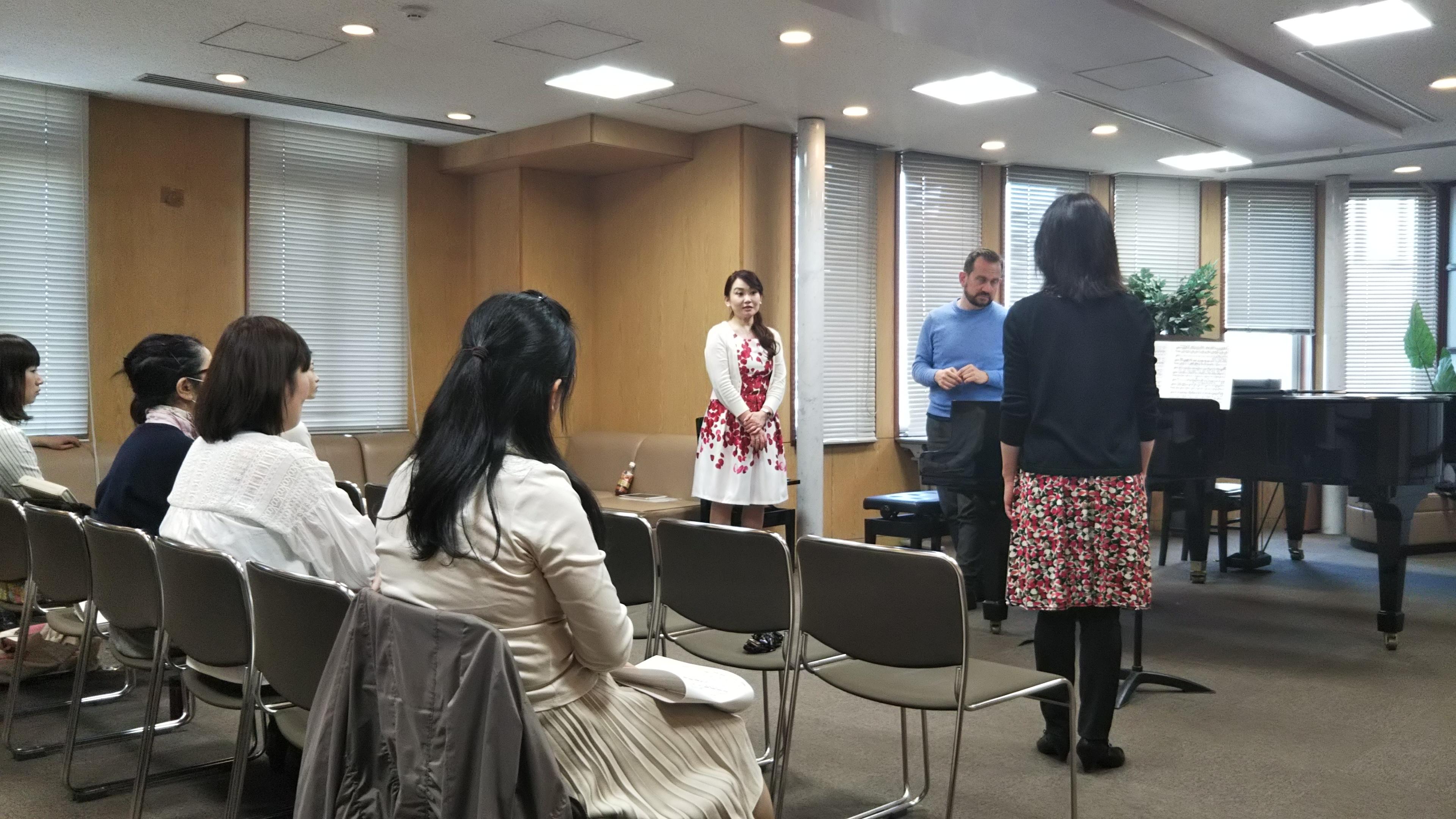 ジュリオ先生から指導を受ける横山さんの後姿と、聴講している参加者数名。