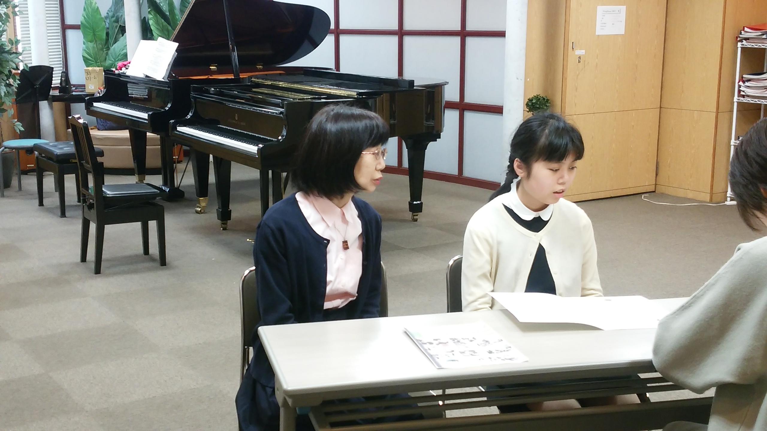 同じ教室内でインタビューに答える相原さんとお母様。