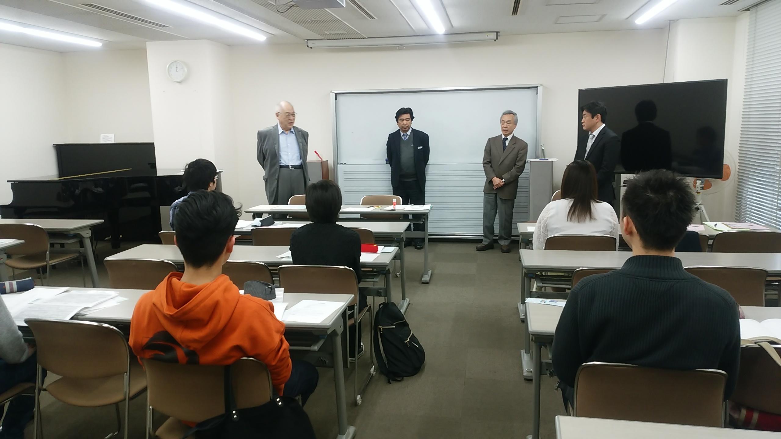 ピアノ調律科の指導講師4名が新入生の前で話しています。