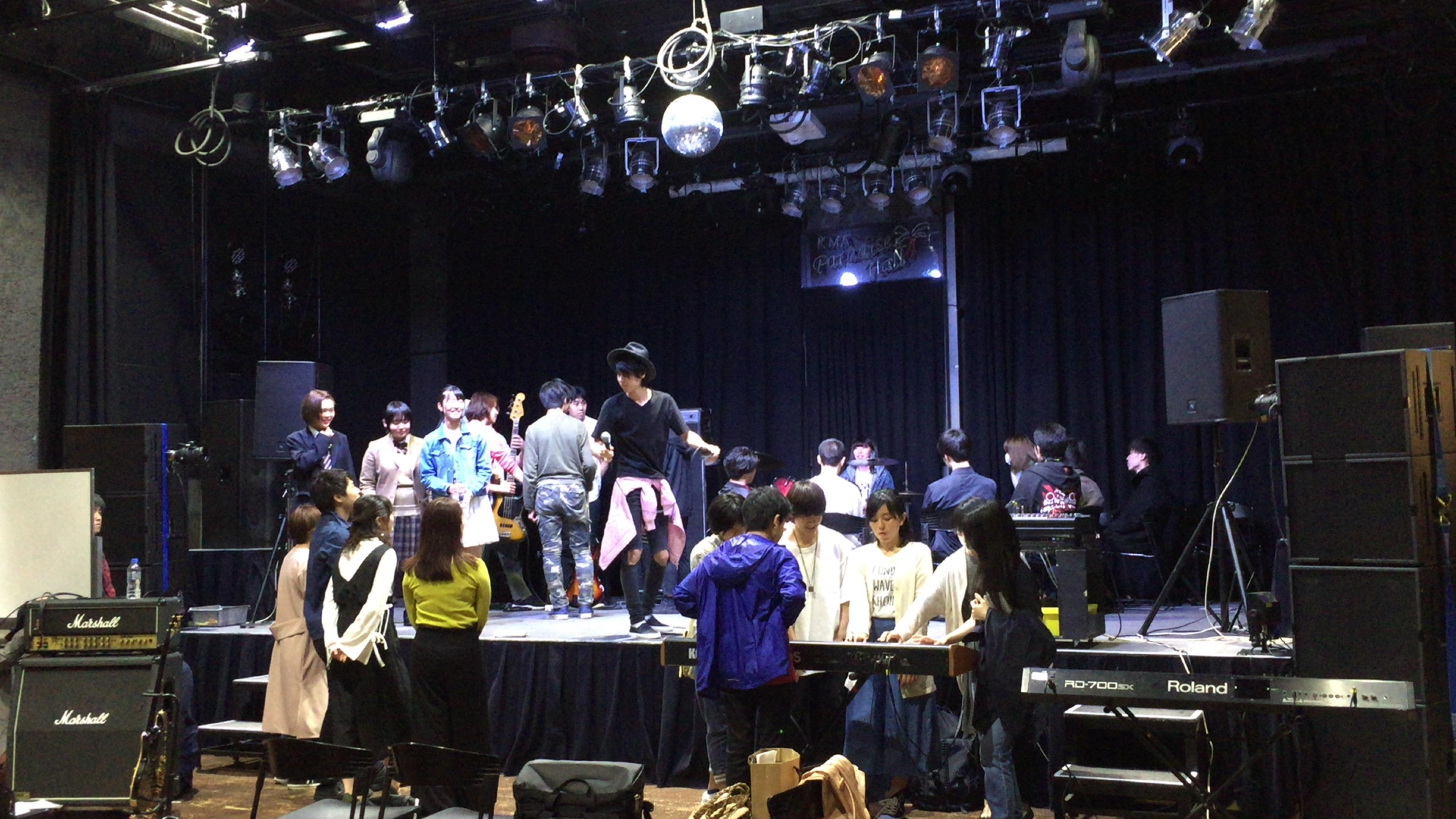 国立音楽院パラダイスホールのステージ上やステージ下で様々な楽器指導が同時に行われています。