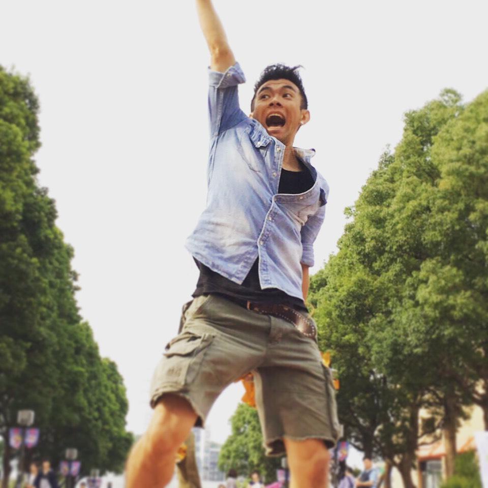 吉田隼人講師の写真。全身でパフォーマンスしています。