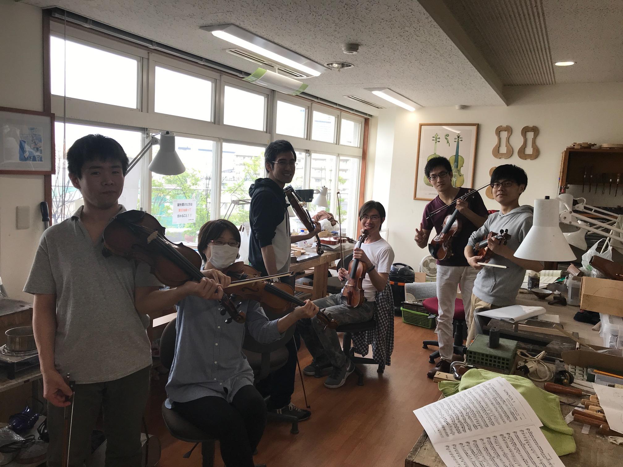 ヴァイオリン製作科の学生6名がヴァイオリンを手に笑顔で撮影に応じてくれました。