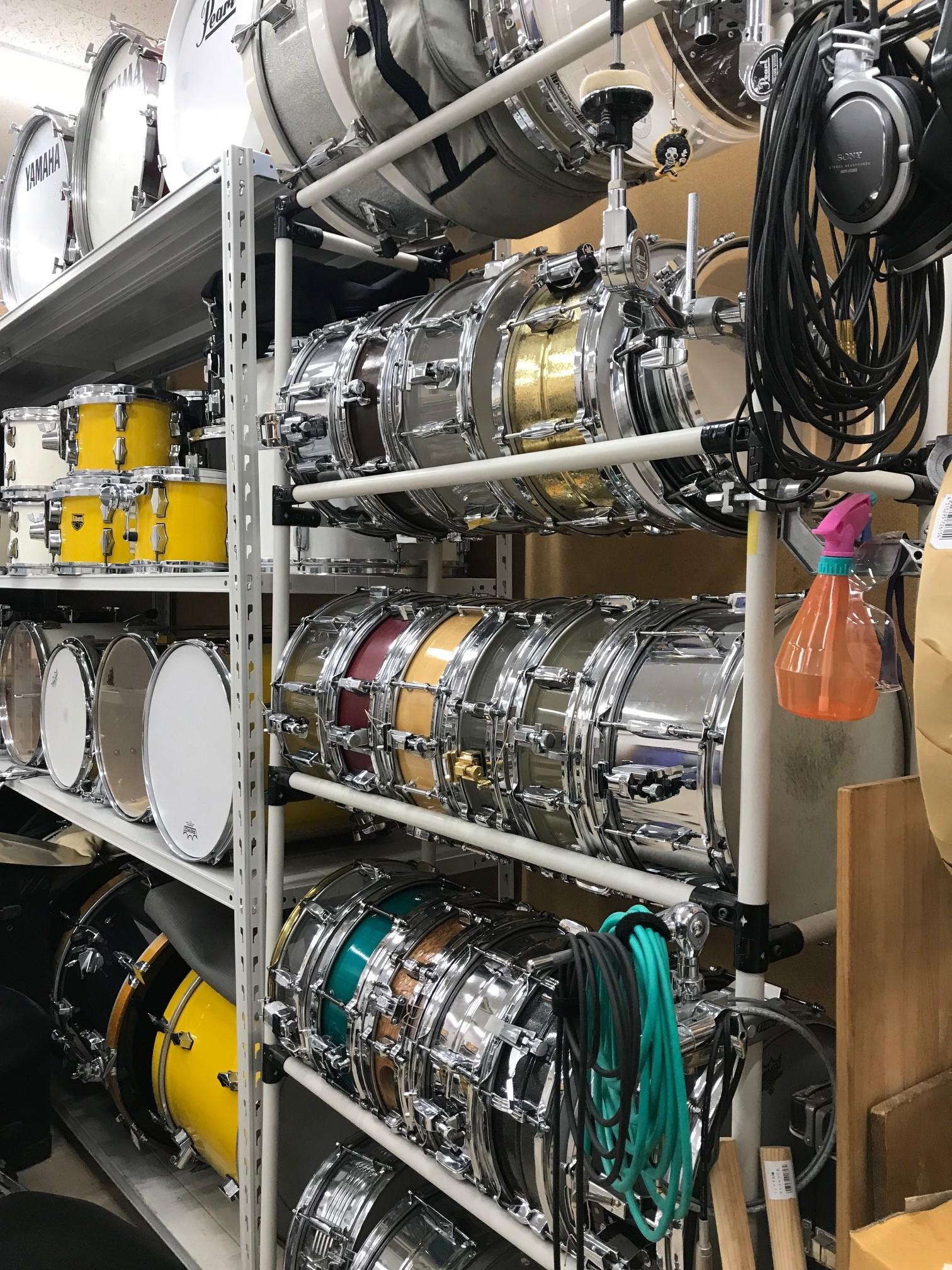 ドラムカスタム教室の一角。大量のスネアドラムが並べられています。