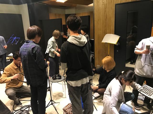 国立音楽院レコーディングスタジオにて、レコーディング用のマイクをセッティングしている履修生10名