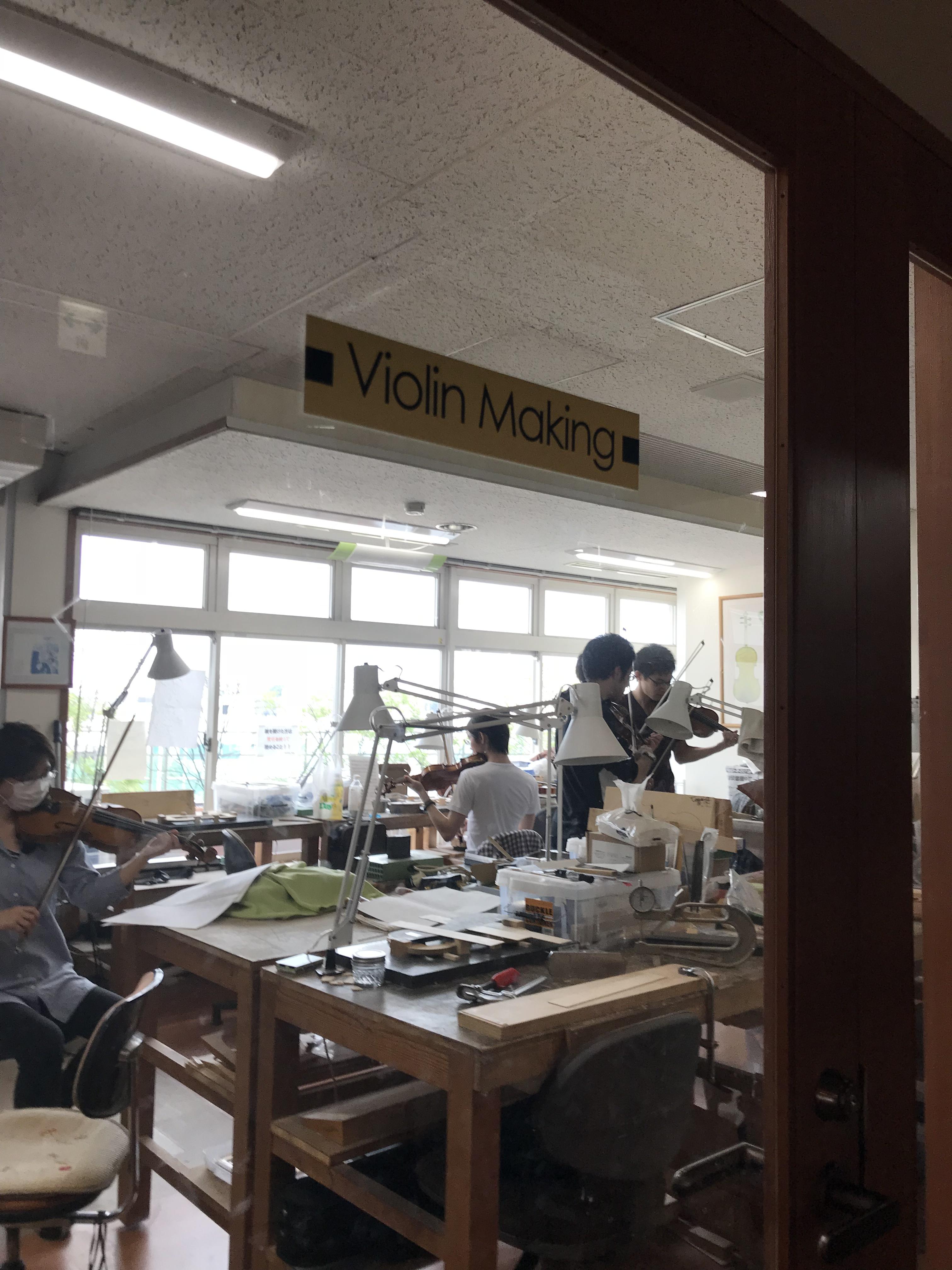 ヴァイオリン演奏で息抜きをする学生達。