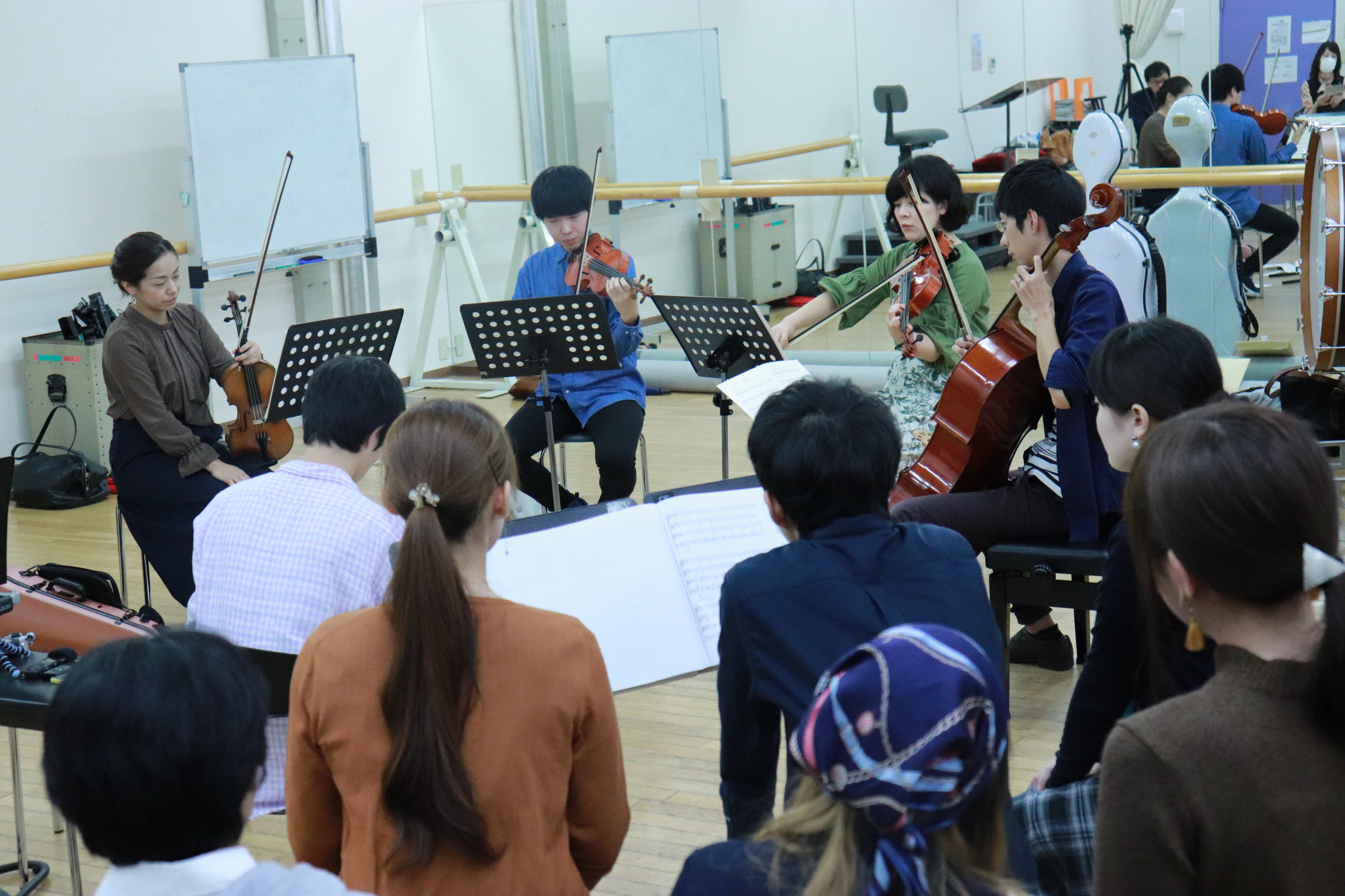 作曲・編曲を手掛けた学院生達の前で演奏するカルテット。1st ヴァイオリン、2nd ヴァイオリン、ヴィオラ、チェロの編成。