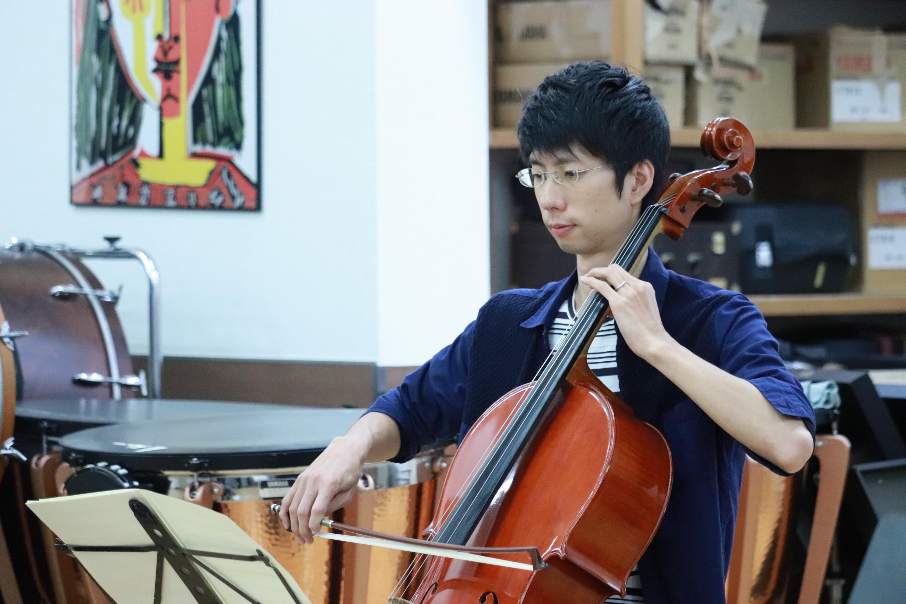チェロ奏者の男性を斜め前方から撮影。