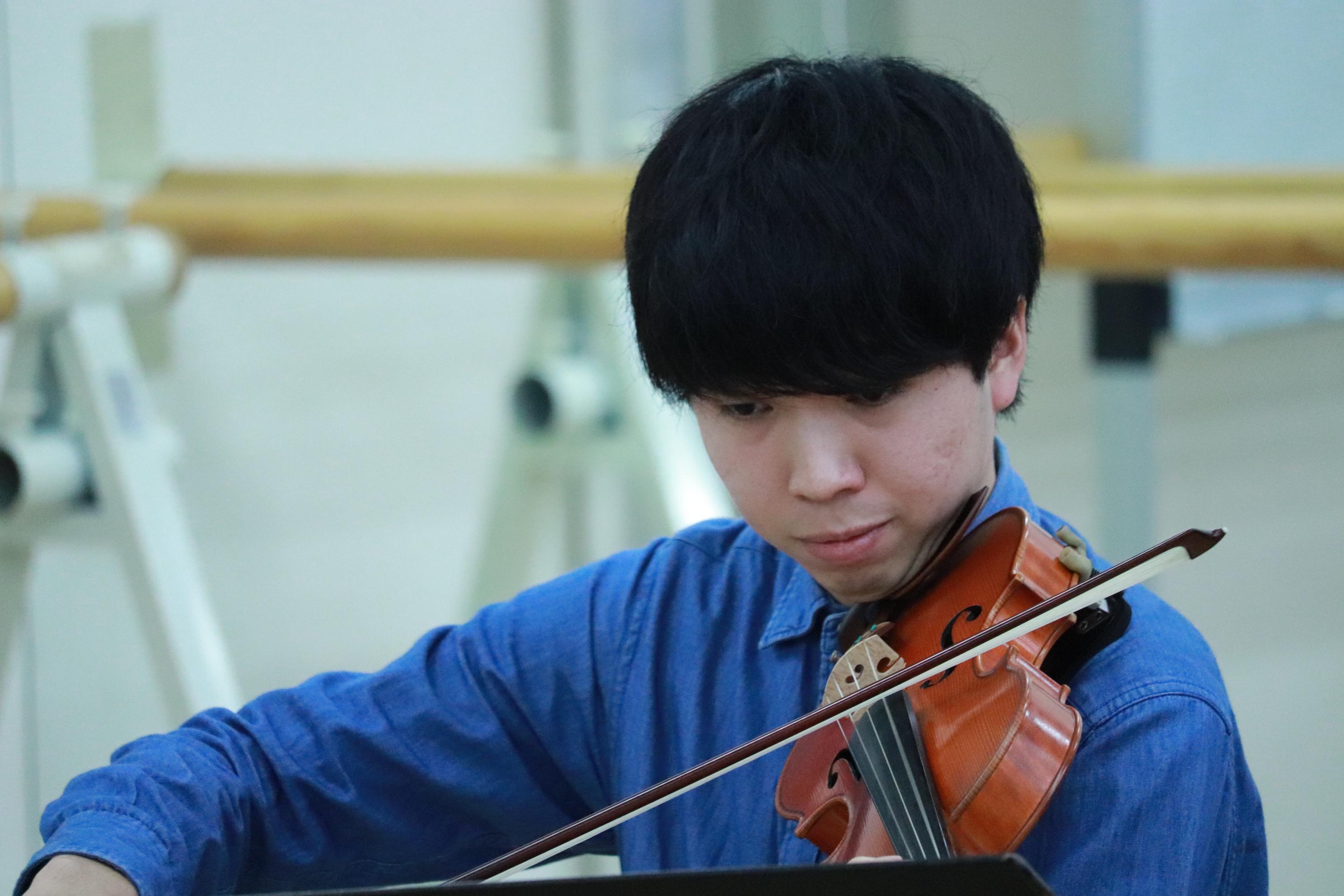 ヴァイオリン奏者の男性。