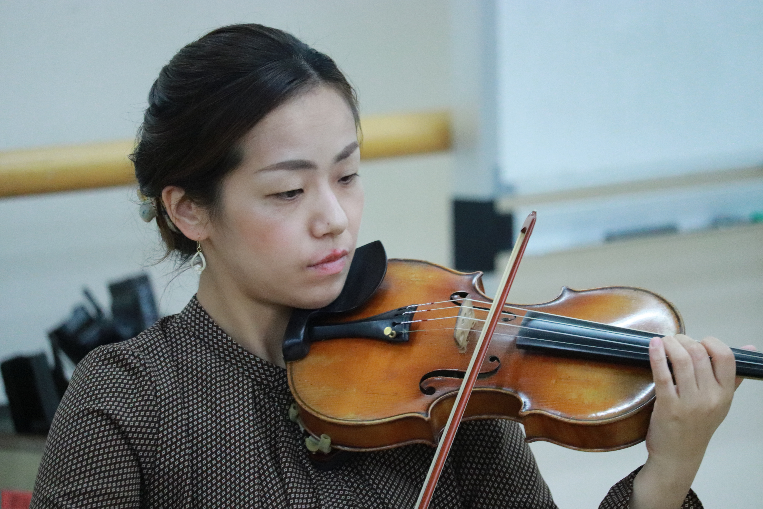 ヴァイオリン奏者の女性。