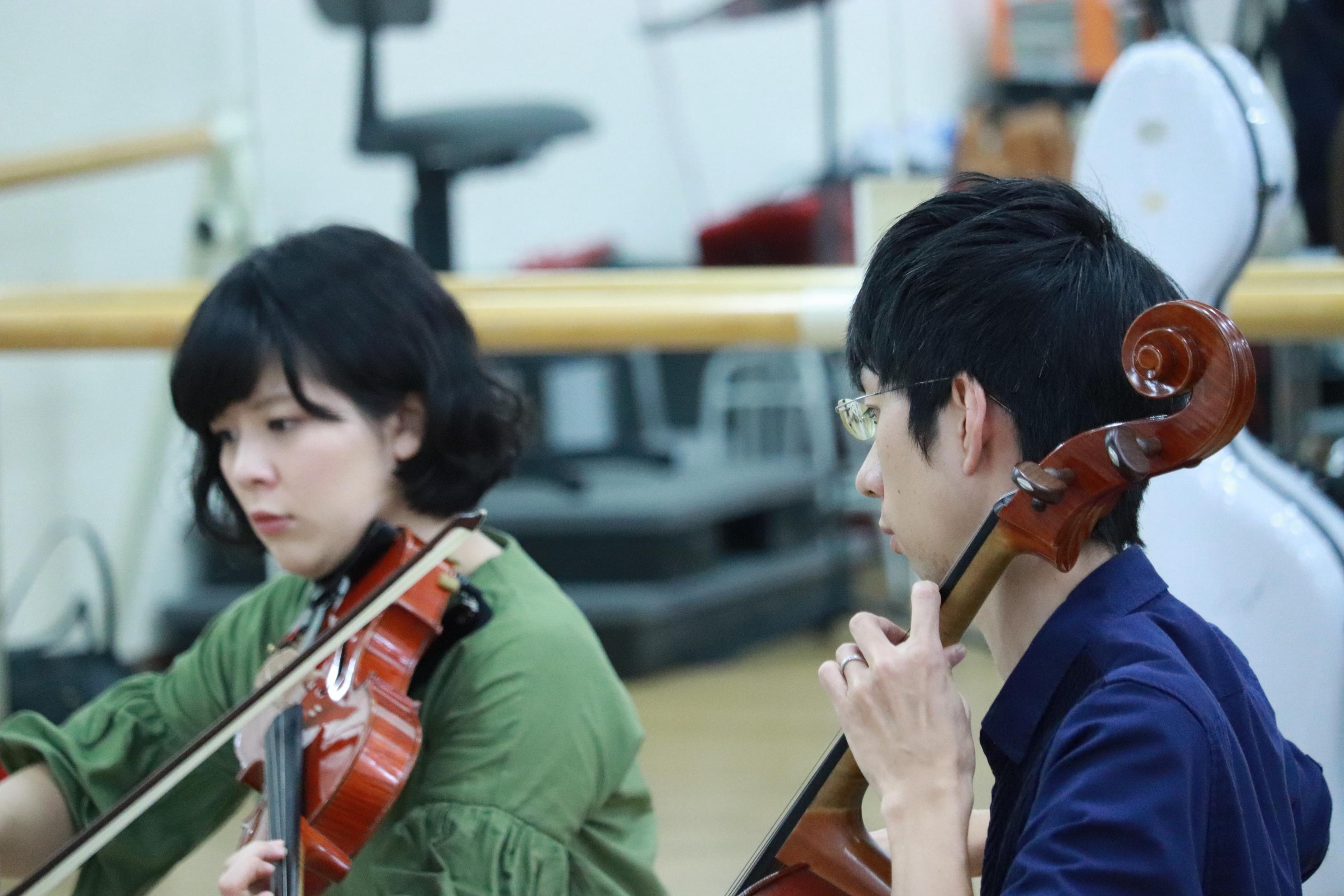 ヴィオラ奏者の女性とチェロ奏者の男性の横顔。