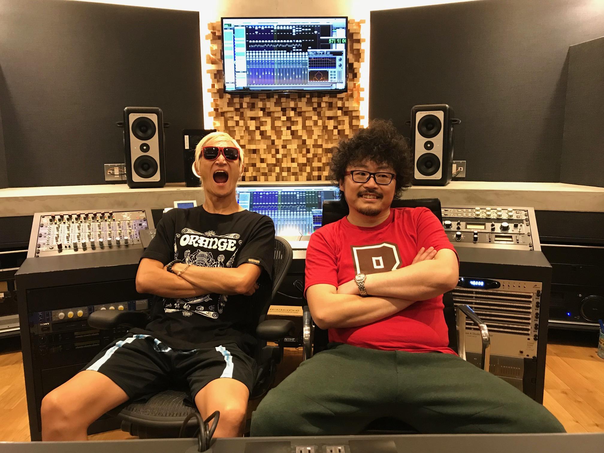 撮影で使用している国立音楽院レコーディングスタジオで腕を組みポーズをとる、たなしん氏と井上欽央講師。