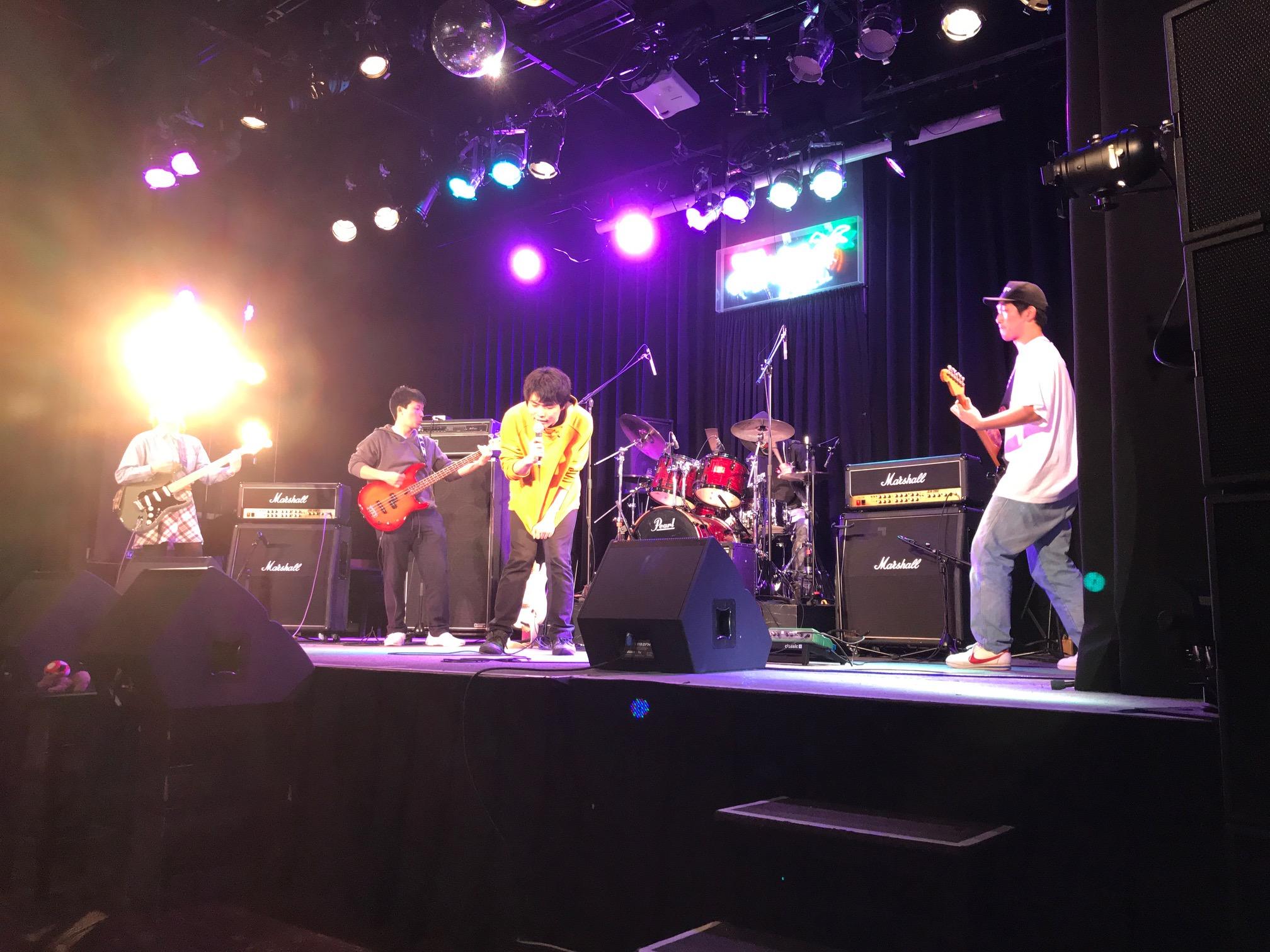 国立音楽院パラダイスホールのステージ上でパフォーマンスする学院生で編成されたロックバンド。