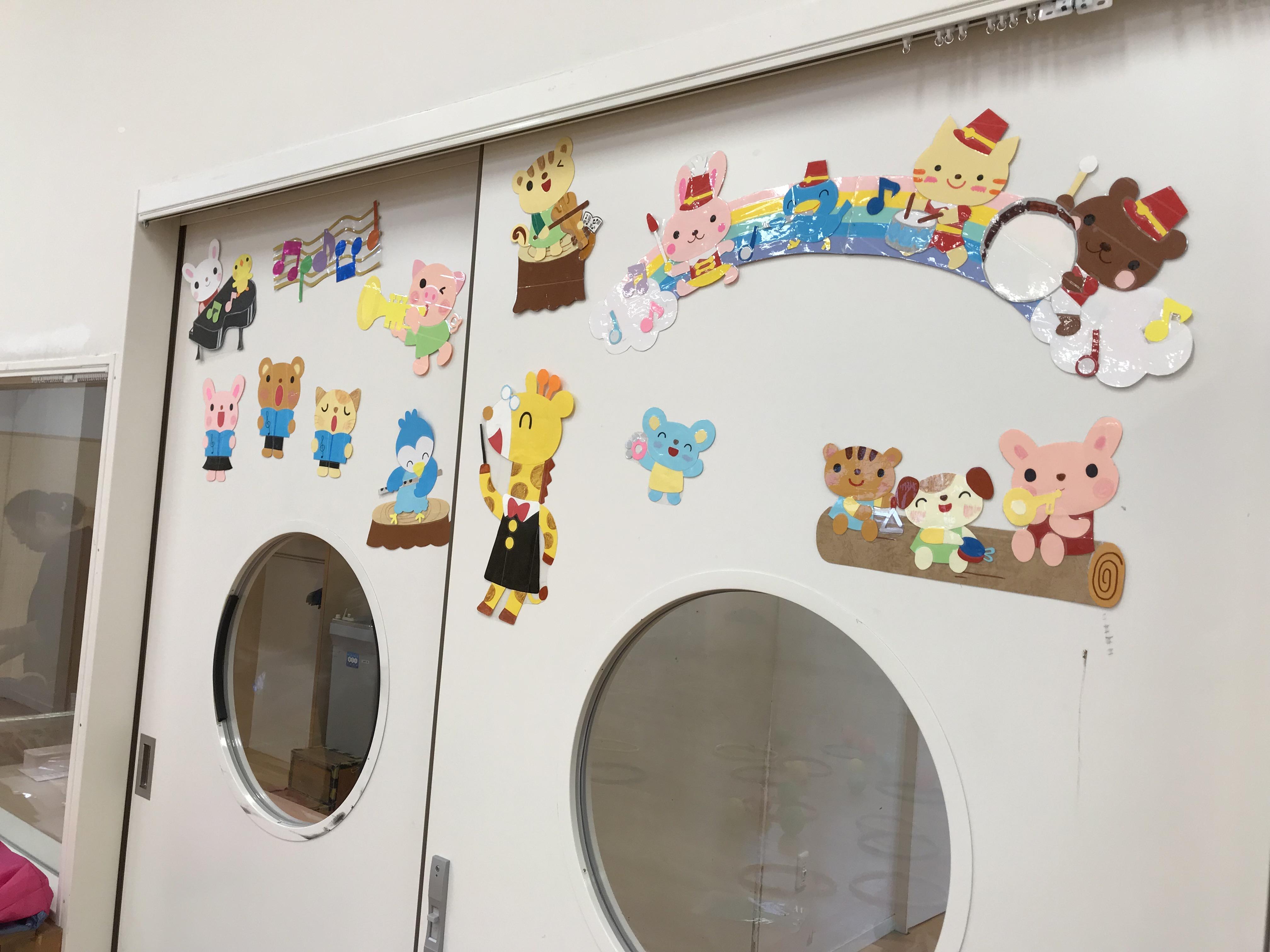 準備が進み、にぎやかになってきた教室の扉。様々な動物が楽器を持ったり歌っているイラストが貼られています。