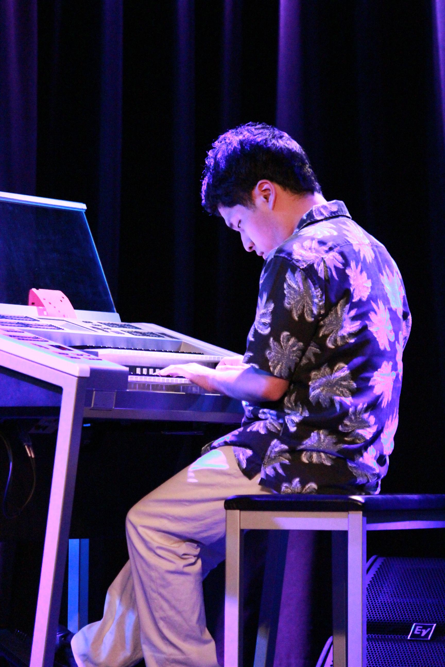 国立音楽院でのエレクトーンライブで演奏する川越亮くんの様子。