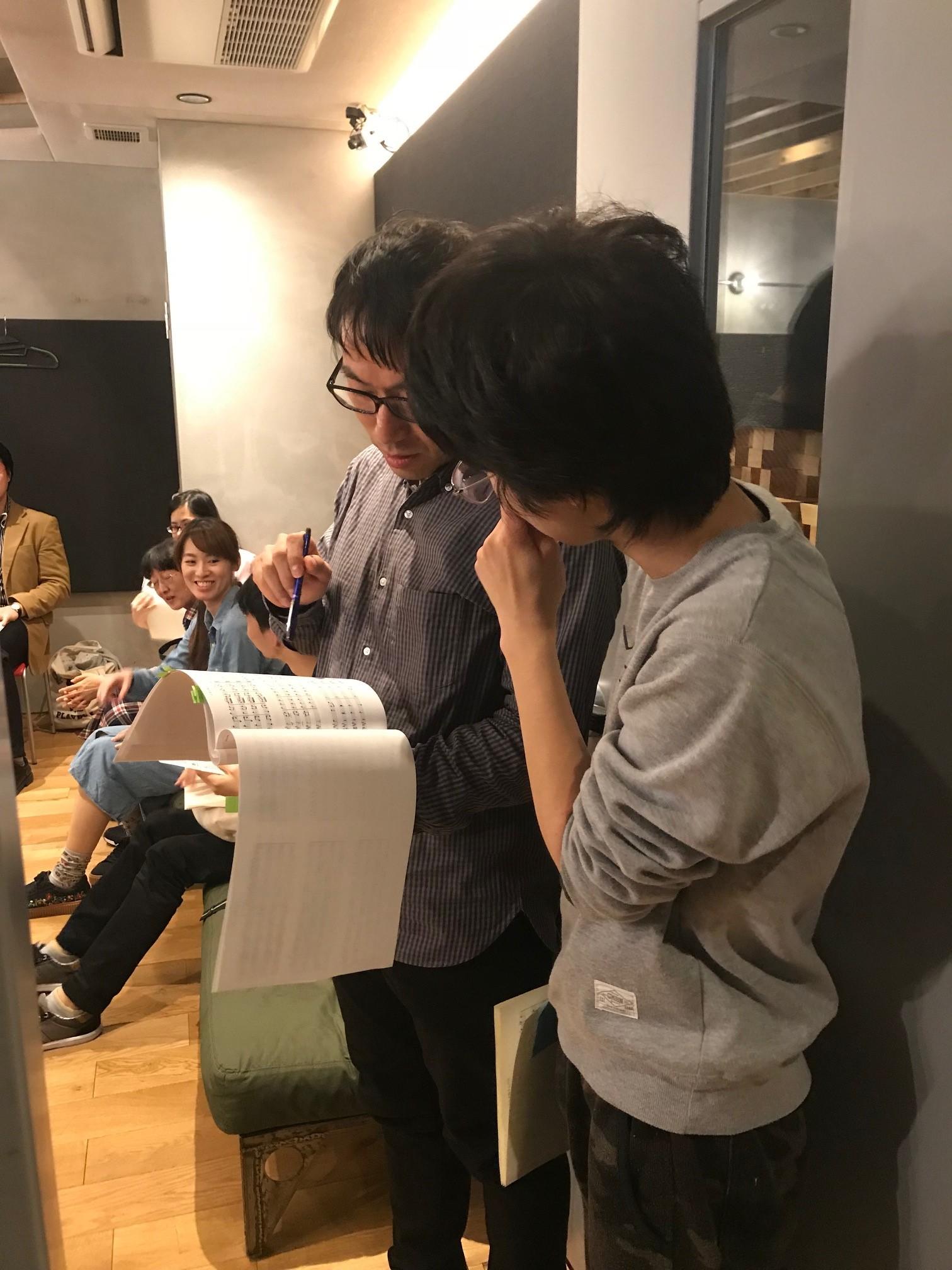 作曲を担当した学院生に譜面上の指示をアドバイスする大曽根先生。