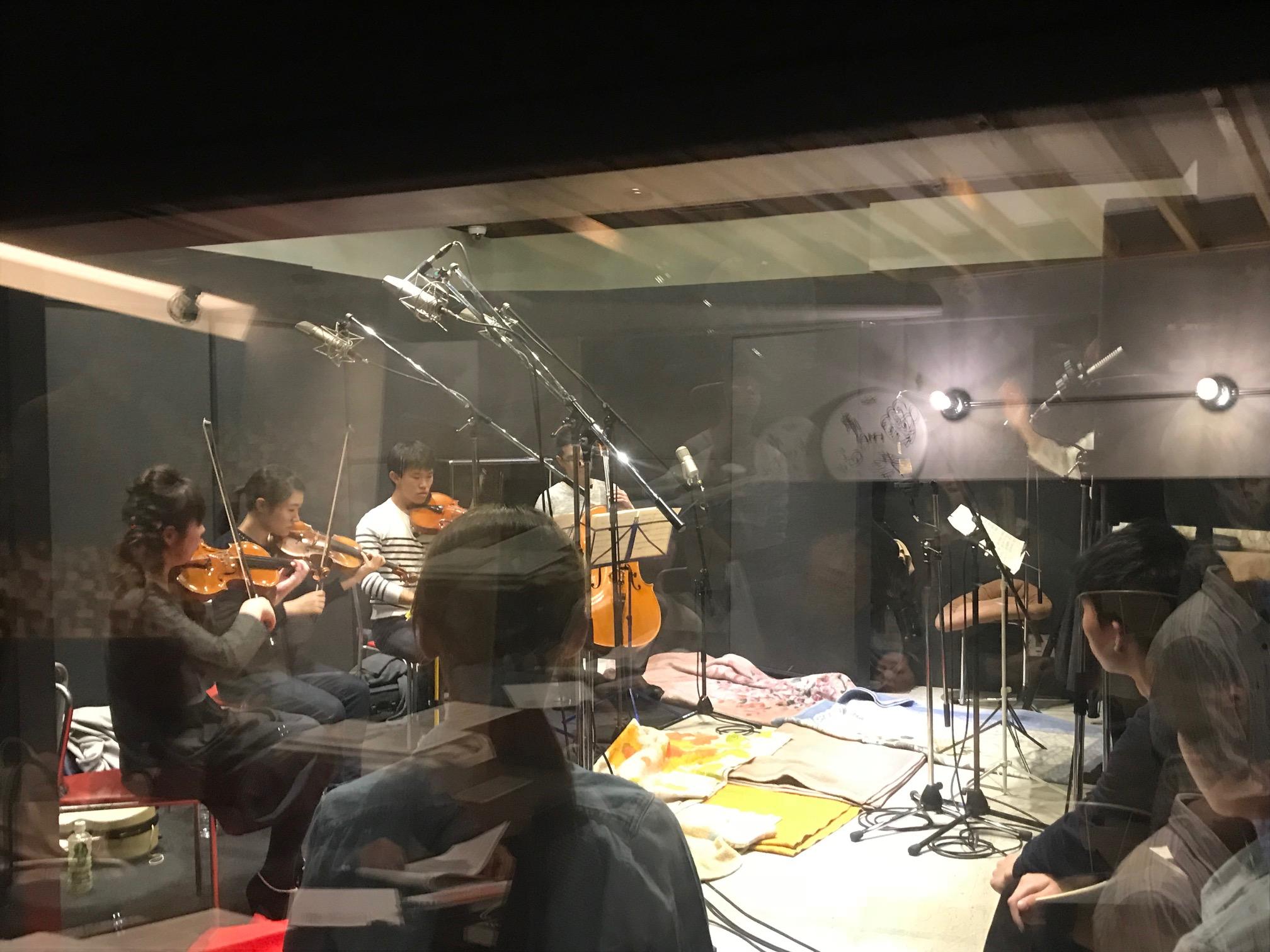 特別講座・弦楽四重奏レコーディングの様子。国立音楽院レコーディングスタジオにて。コントロールルームから隣室の演奏スタジオを眺めるアングル。