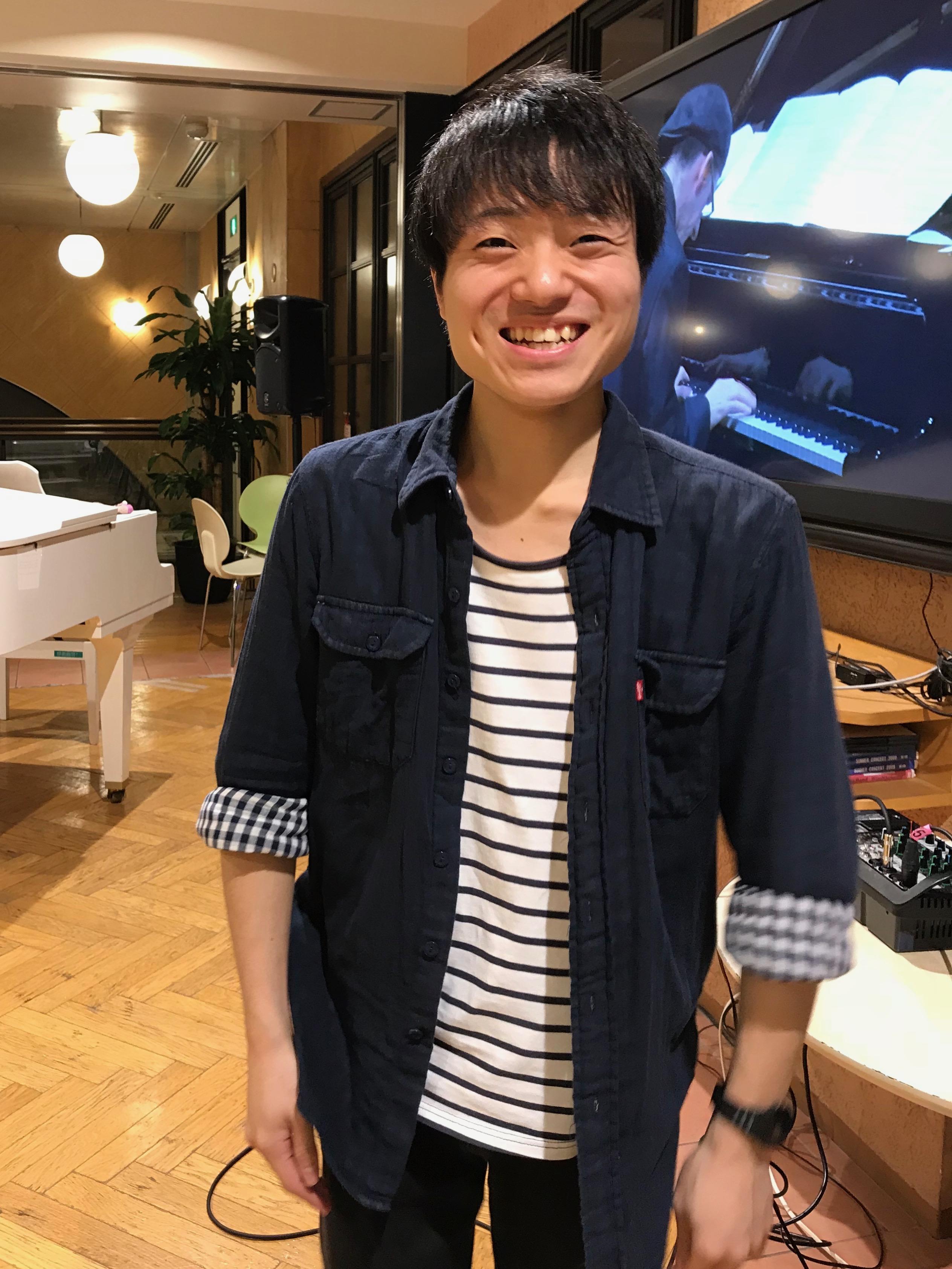 カメラに向かって笑顔を見せる松下正和さん。