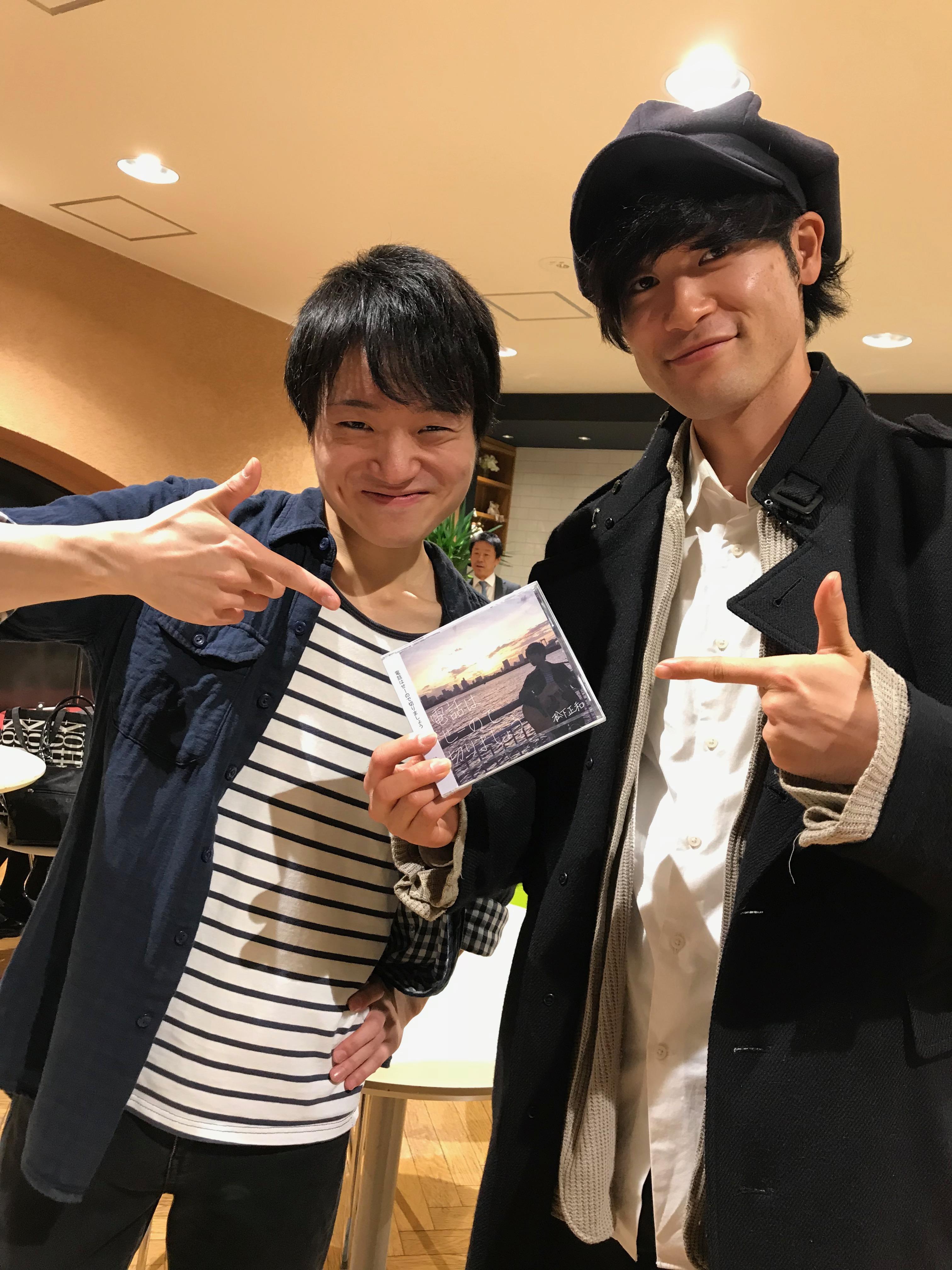 CDを手に持ちポーズをとる松下さんと、親交が続いているという「あずけん」でも活躍中の在校生・武内健くん。