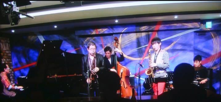 ライブ演奏の様子。クインテット編成のバンドを率いた鈴木隆斗くん。