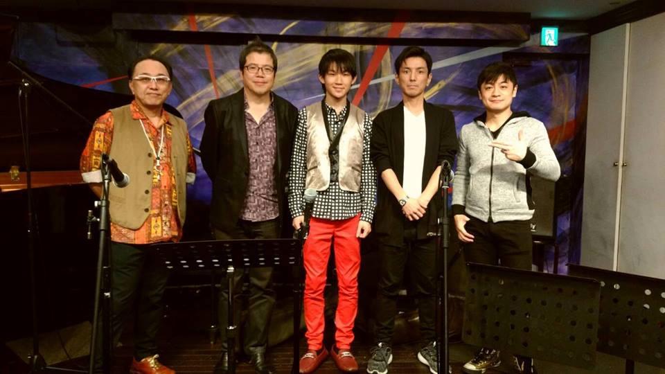 ステージ上での記念撮影。左からピアノ・今田あきら、テナーサックス・三木俊雄、テナーサックス・鈴木隆斗、ベース・桐沢輝、ドラム・齋藤たかし。