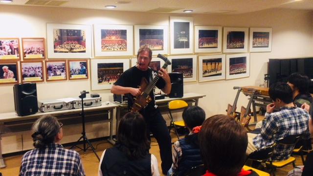 セミナーの様子。参加者の前でハープギターの演奏パフォーマンスを行うTim Donahue先生。