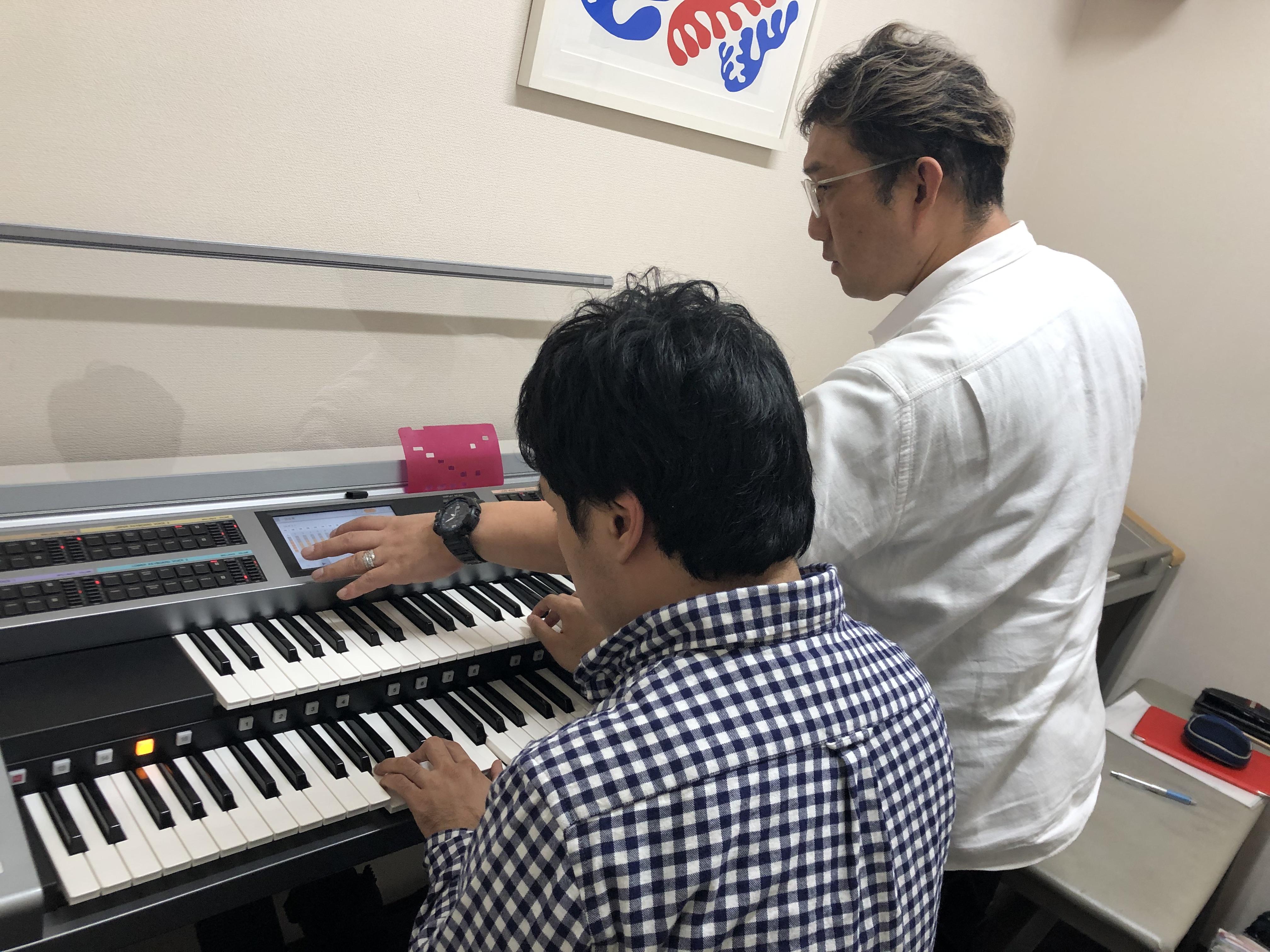 国立音楽院の練習室で個人実技レッスンを行うおぎたひろゆき先生と指導を受ける川越亮くん。