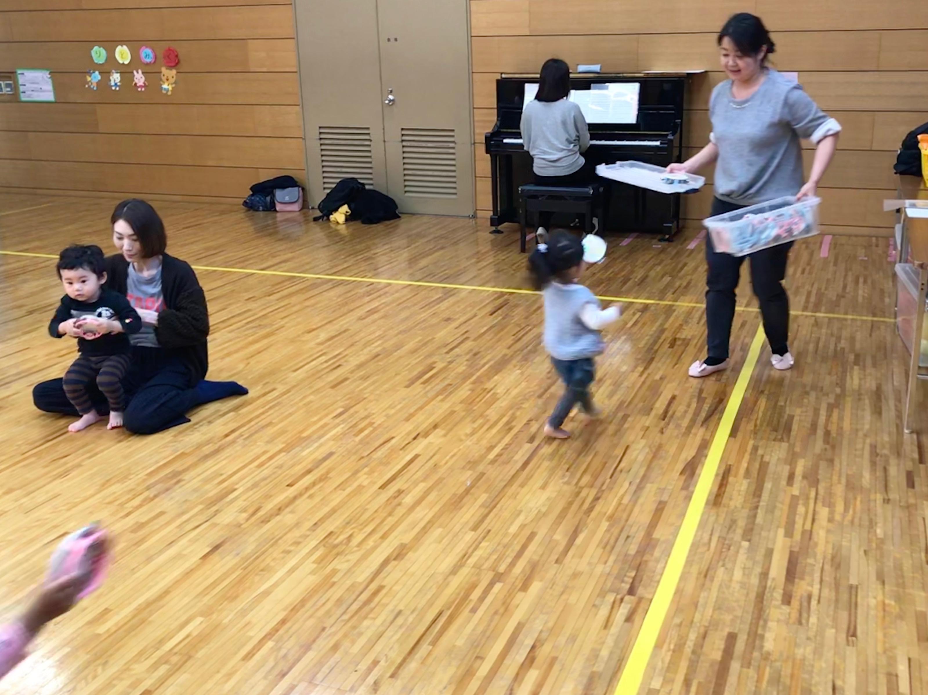先生がお片付けボックスを手にすると、駆け足でお片付けしてくれる子も出てきました。タンバリンを一番乗りでお片付け!