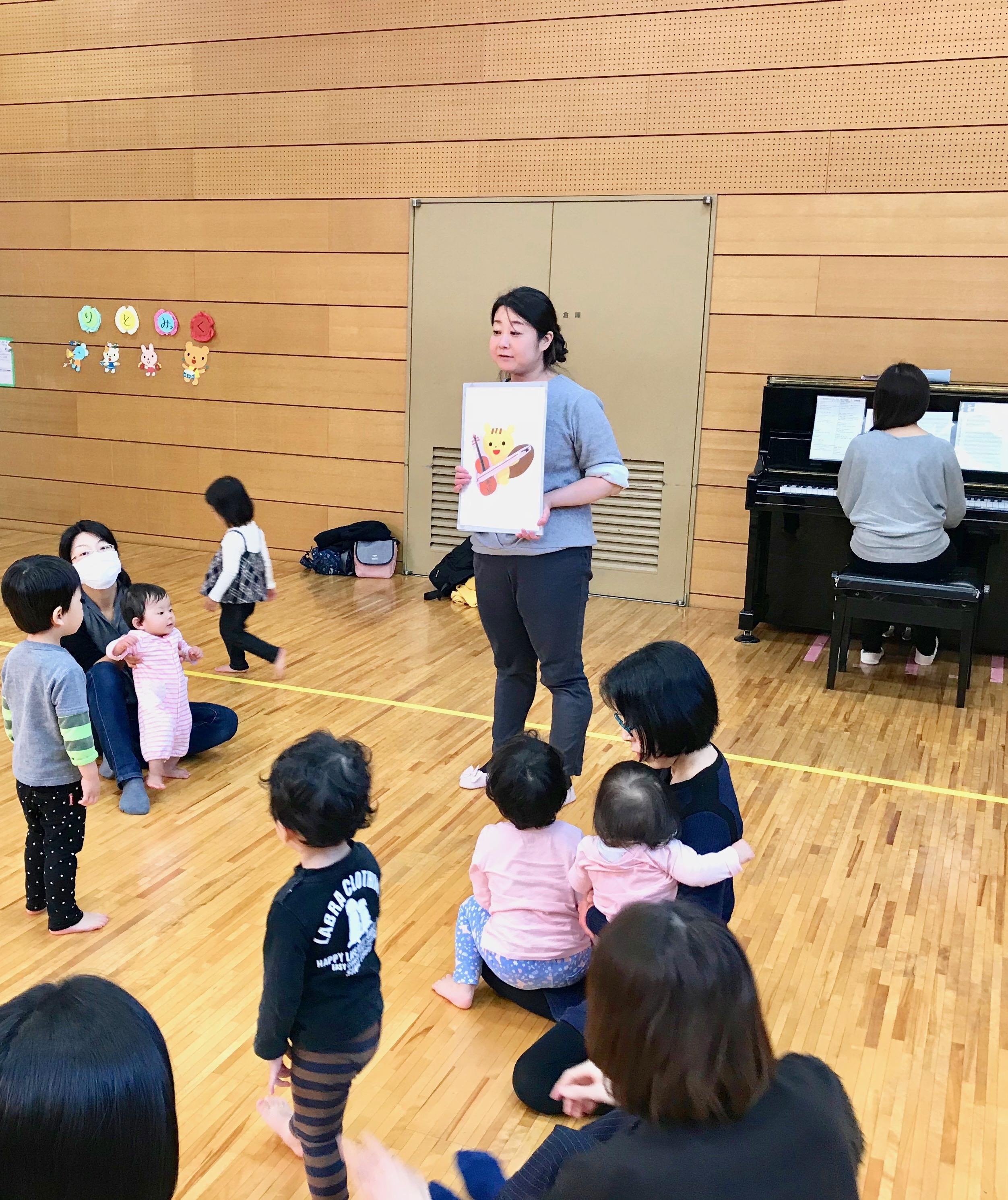 紙芝居かな?チェロを奏でるリスさんの絵が出てきて、子ども達も興味津々な様子で先生のもとに集まってきました。