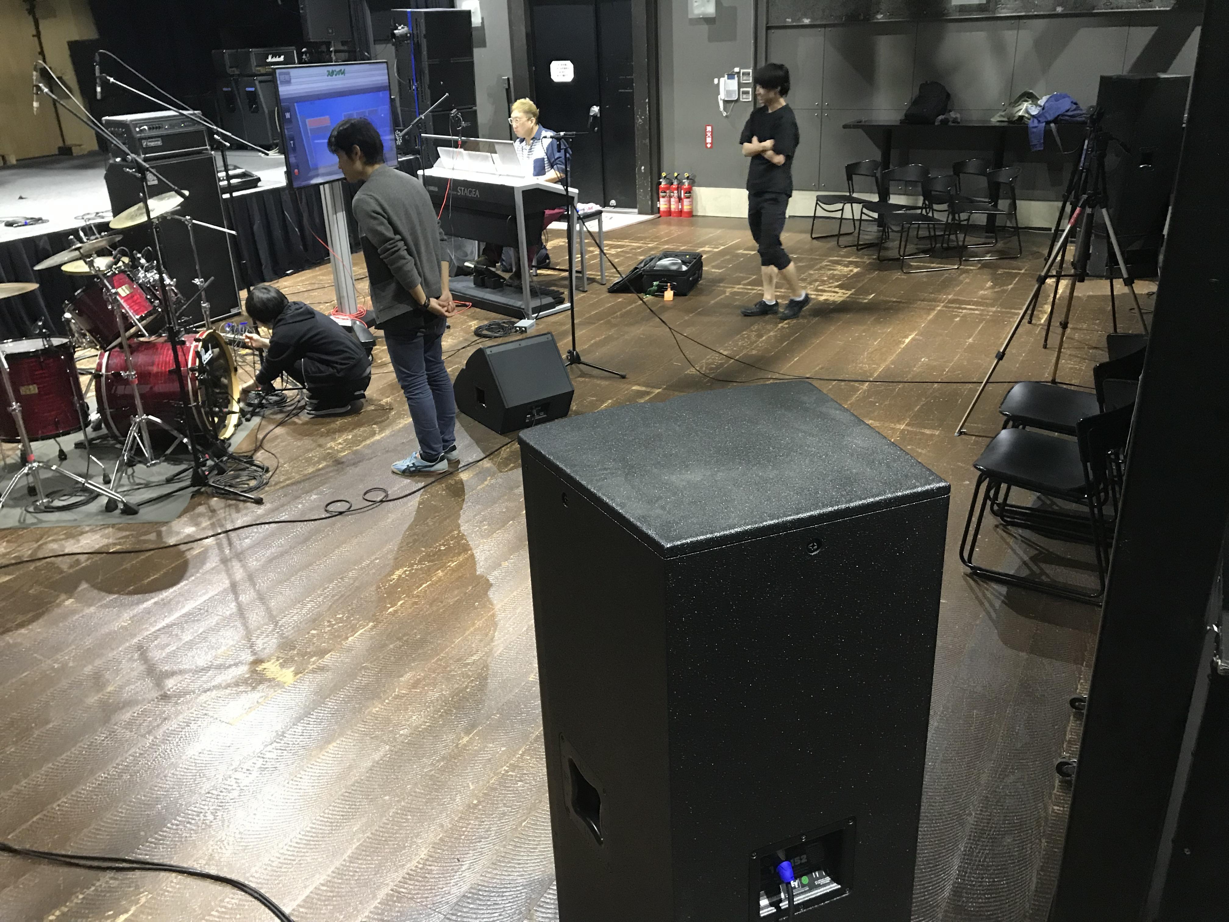 客席後方に設置された立体音響・サラウンド用のスピーカー。