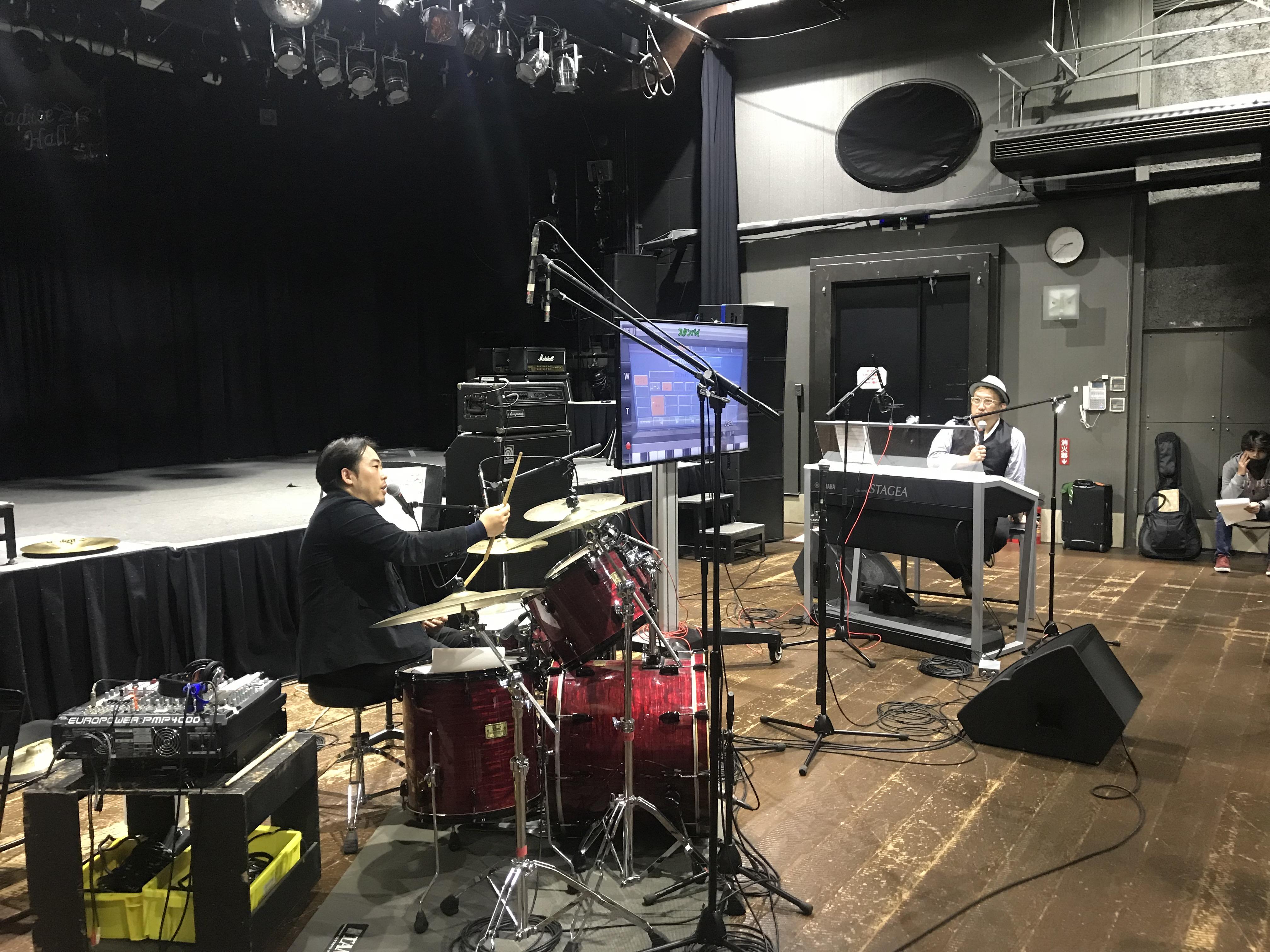 おぎたひろゆき講師がドラムに関する質問を投げかけ、オータケハヤト講師がドラマー目線での演奏表現を実演。スティックの持ち方ひとつで音が変わる様子をレクチャー。