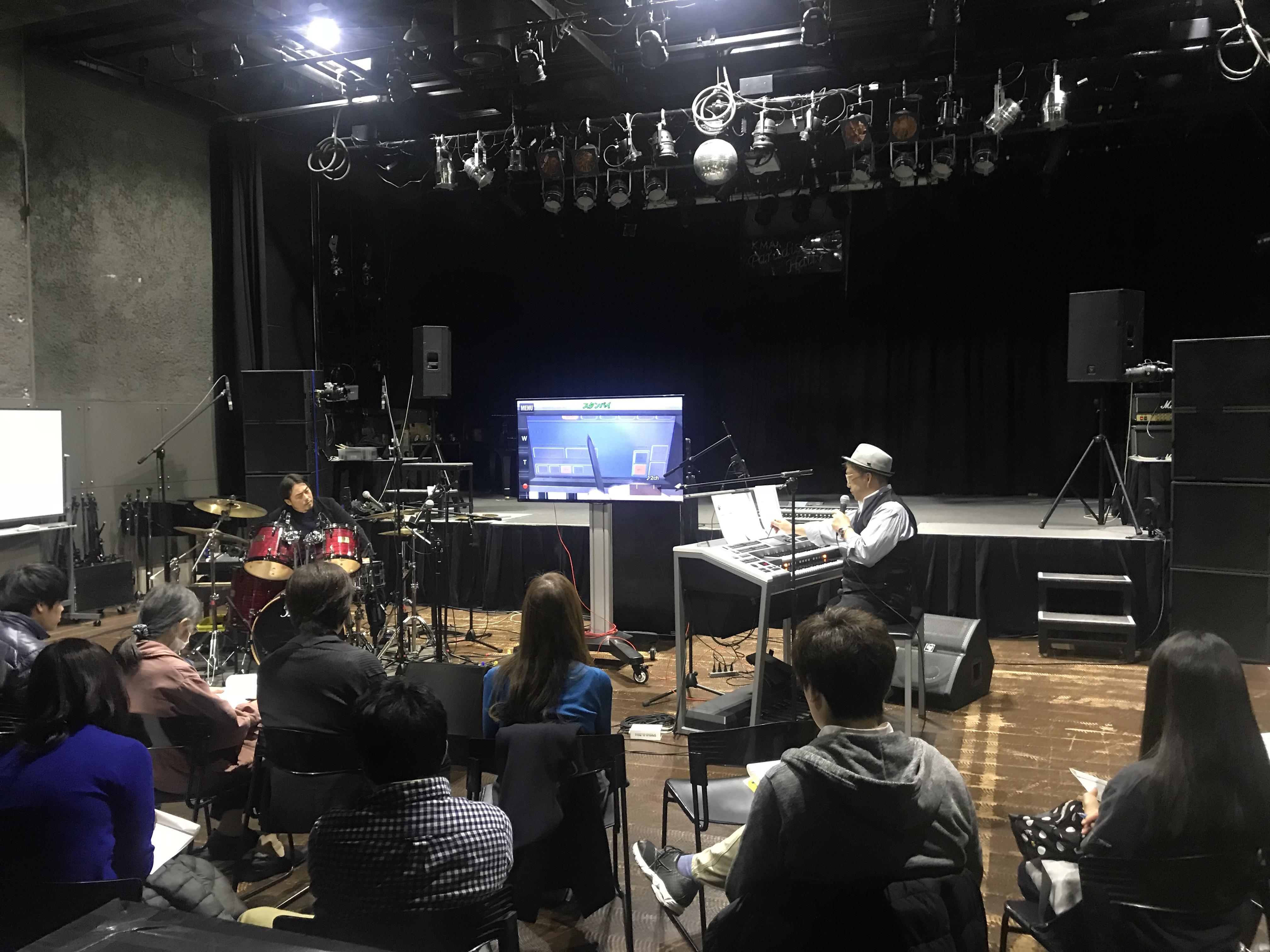 客席後方から撮影。オータケハヤト講師の実演を、おぎたひろゆき講師が即座にプログラミング。