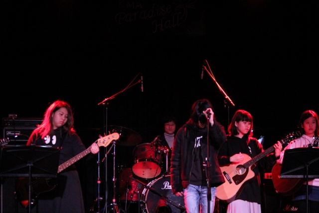 ステージ正面から。ギター・ベース・ドラムを演奏する皆の前に立ちボーカルを務めた男の子の佇まいがまるでロックアーティストのよう。