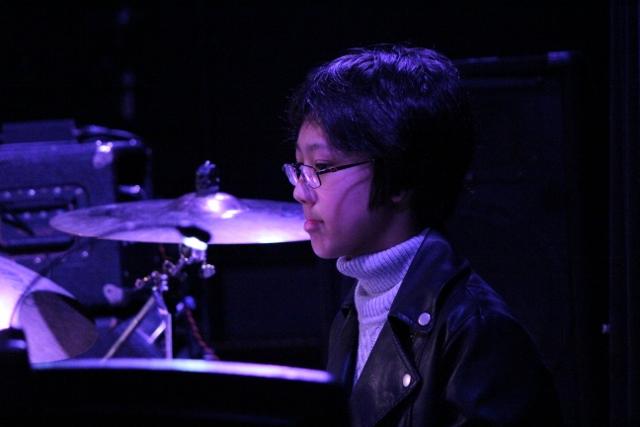 ドラムを演奏した男の子の横顔。