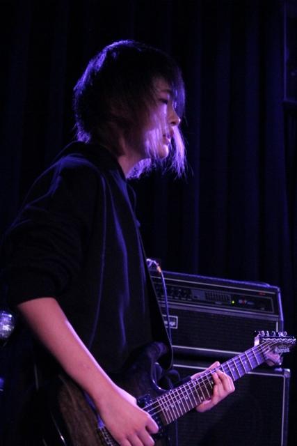 エレキギターを演奏する女の子。