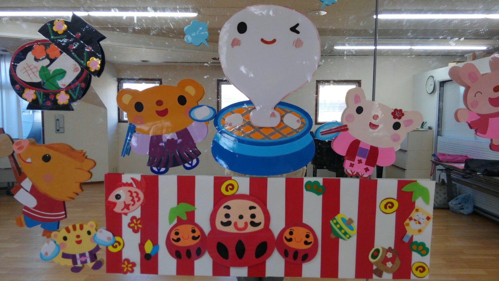 リトミックが開催される教室の鏡に貼られた装飾。動物さんが振袖を着ていたりお餅に可愛い顔が描かれています。
