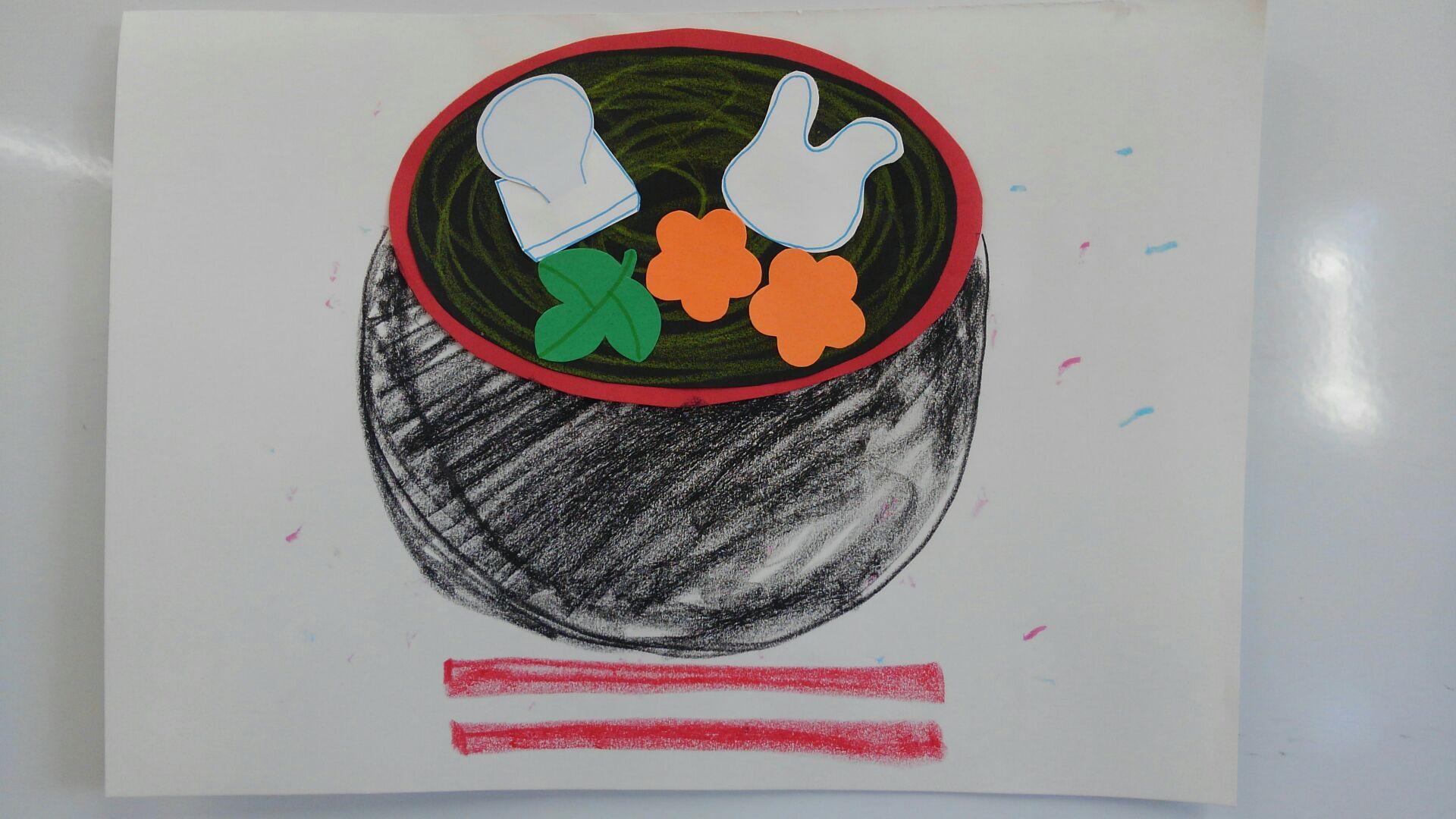 「造形」の時間では、お雑煮がテーマでした。ふくらんだお餅やうさぎさんの形になっているお餅のほか、花びらの形に切られた人参など賑やかです。