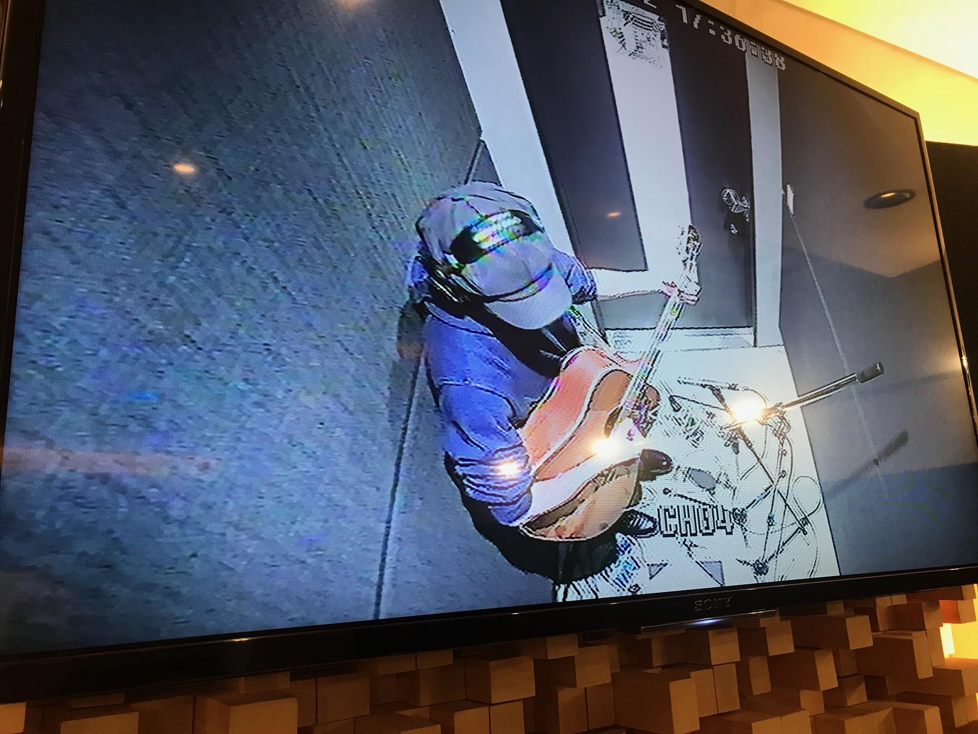 国立音楽院レコーディングスタジオの映像モニターに映し出された、在校生・武内建くんの姿。