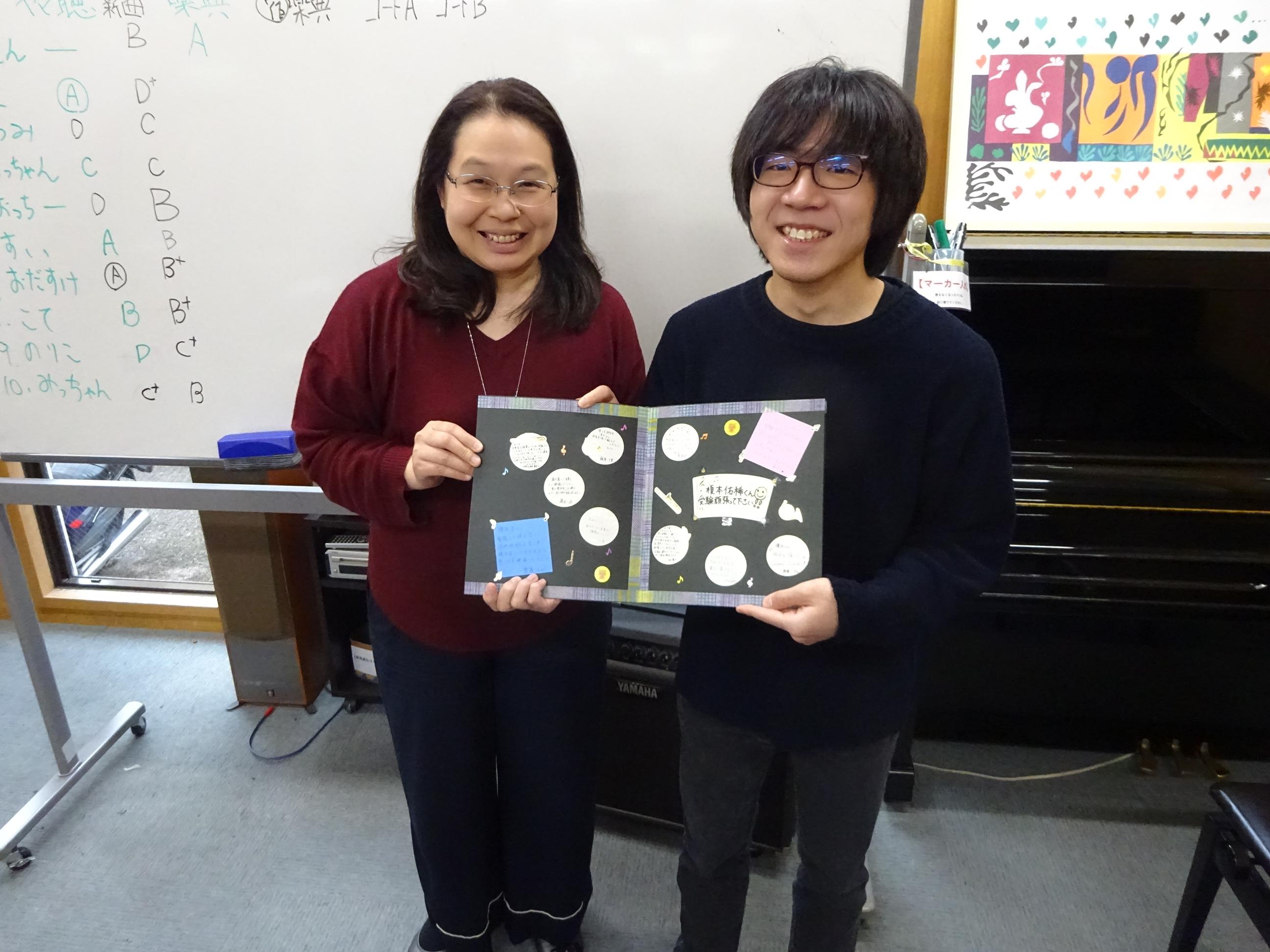 寄せ書きを受け取った受講生と園田先生のツーショット写真。