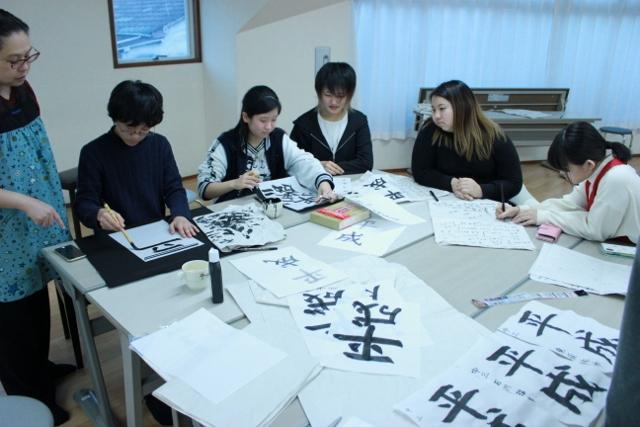 中等部の男の子1名と女の子4名、園田優講師が写っています。みんな、何度も何度も書いて練習した跡がみてとれます。