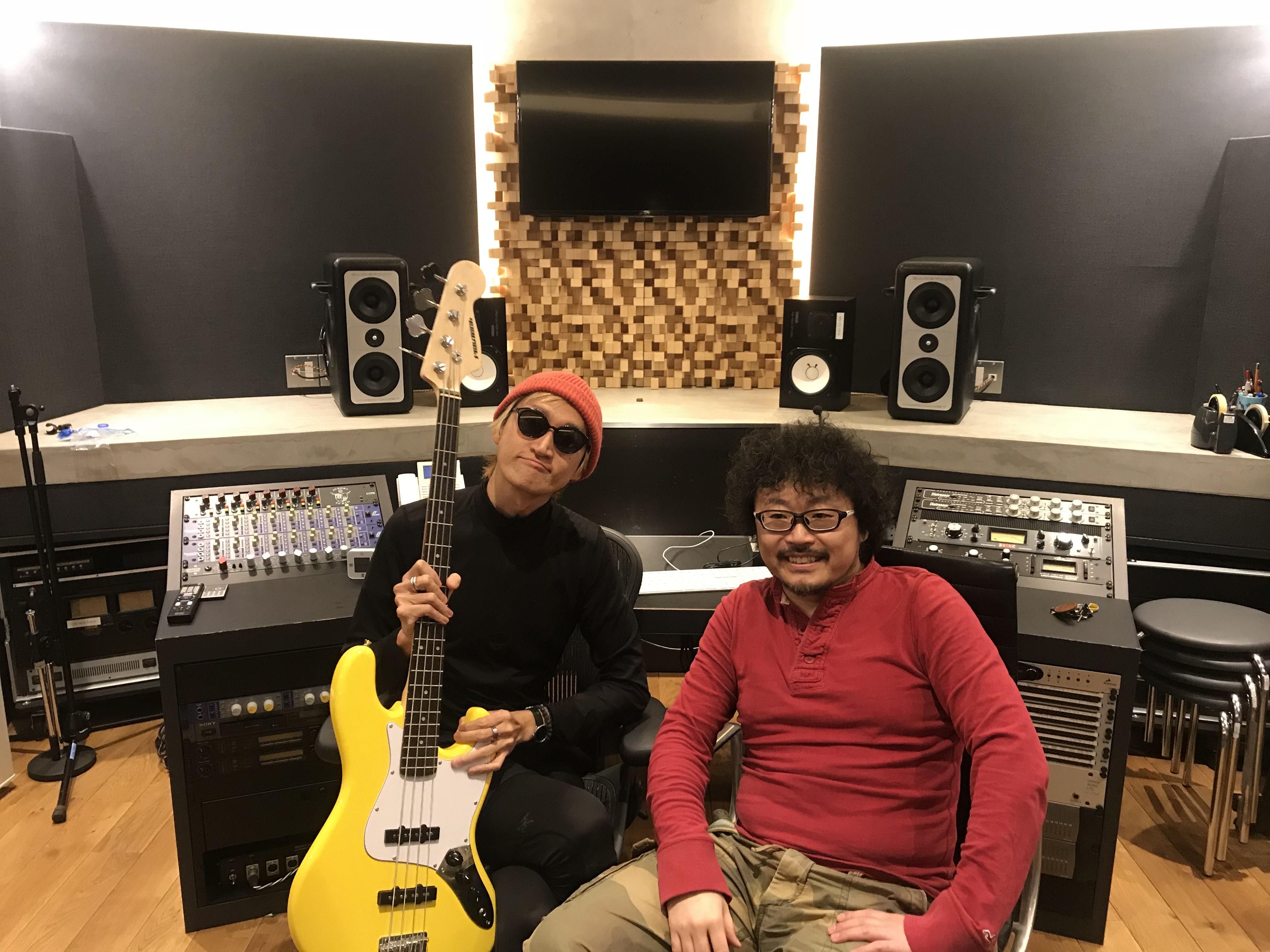 グッドモーニングアメリカのベーシスト・たなしん氏とギターやベースの調整(テック)を担当する「欽さん」こと井上欽央氏。