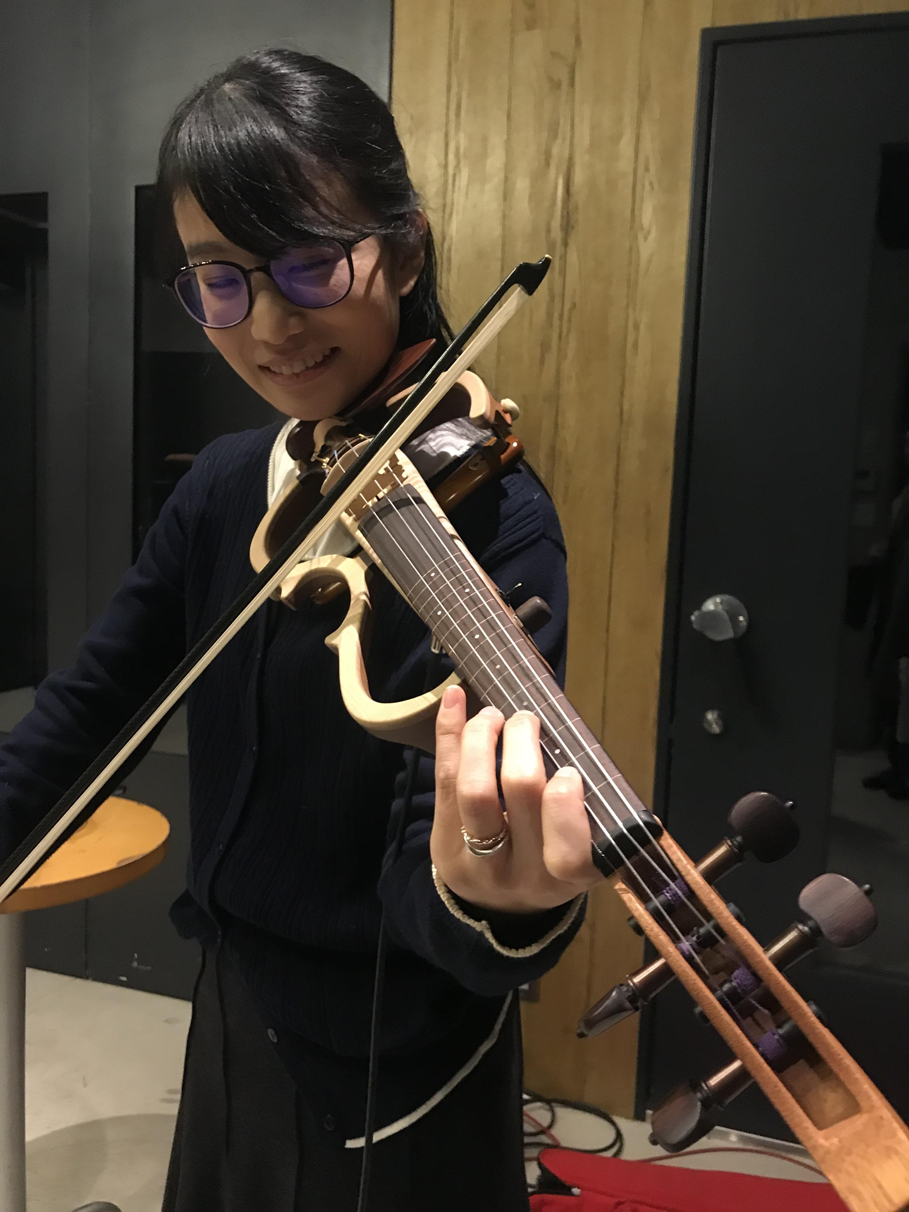 国立音楽院の卒業生がエレキヴァイオリンの試作品を試奏している様子