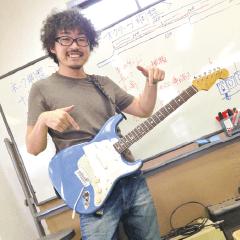 ギター&ベーステック実習を担当する井上欽央講師