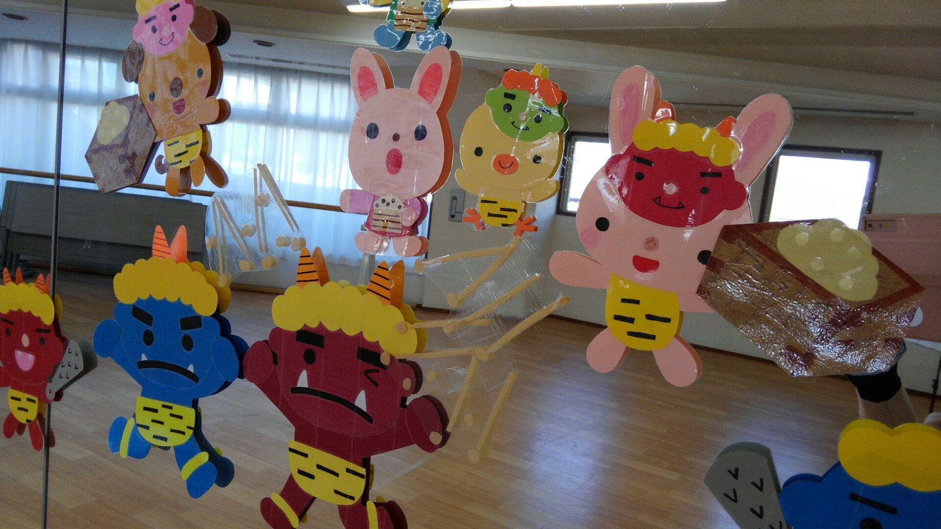 教室の壁面にある鏡にも節分をテーマにしたイラストが。動物さん達が鬼さんに向かって豆まきをしています。