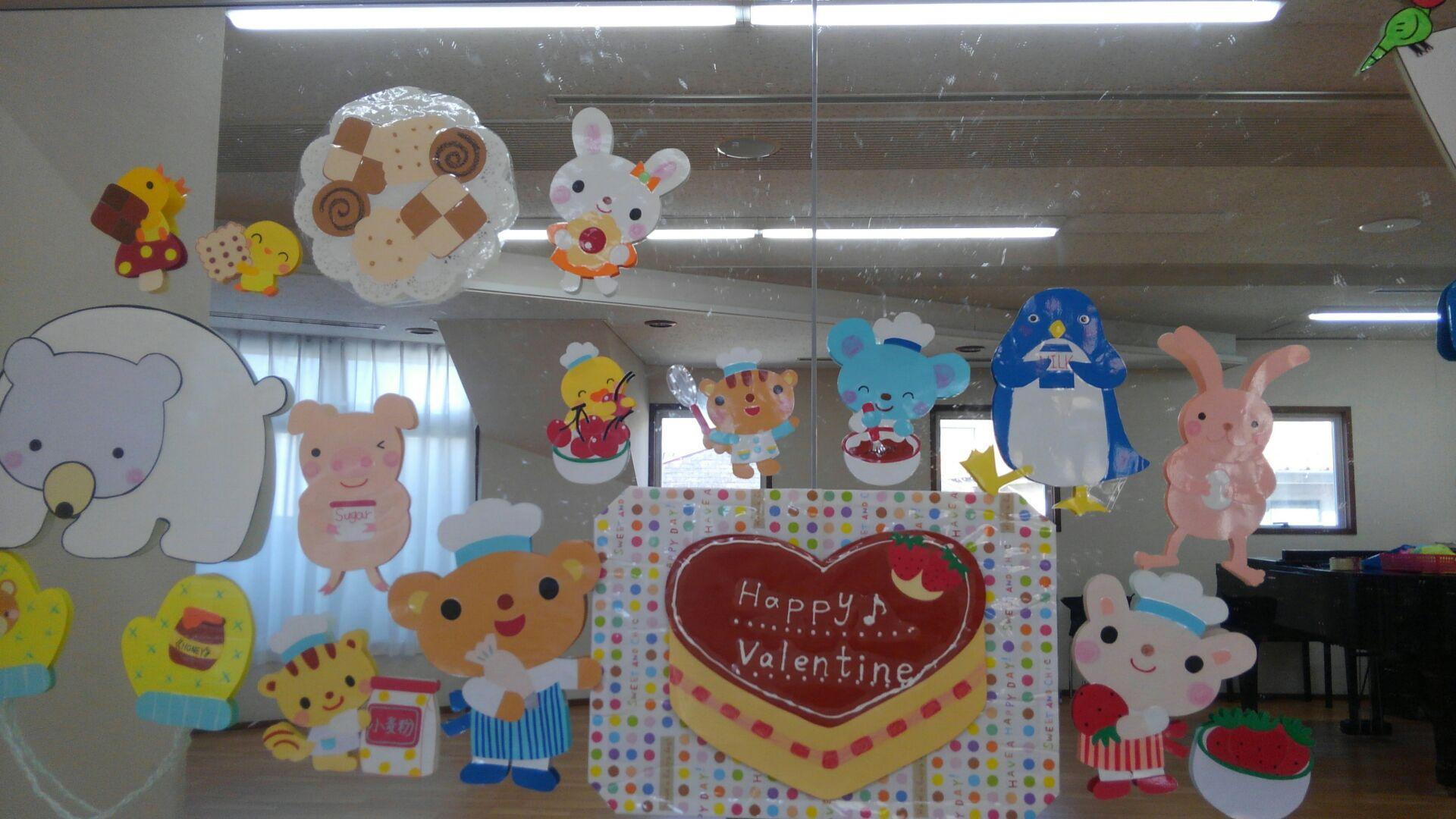 教室壁面に貼られた装飾イラスト。今度はうってかわって動物さん達がお菓子作りをしています。真ん中には「Happy Valentine」と書かれたケーキがあります。