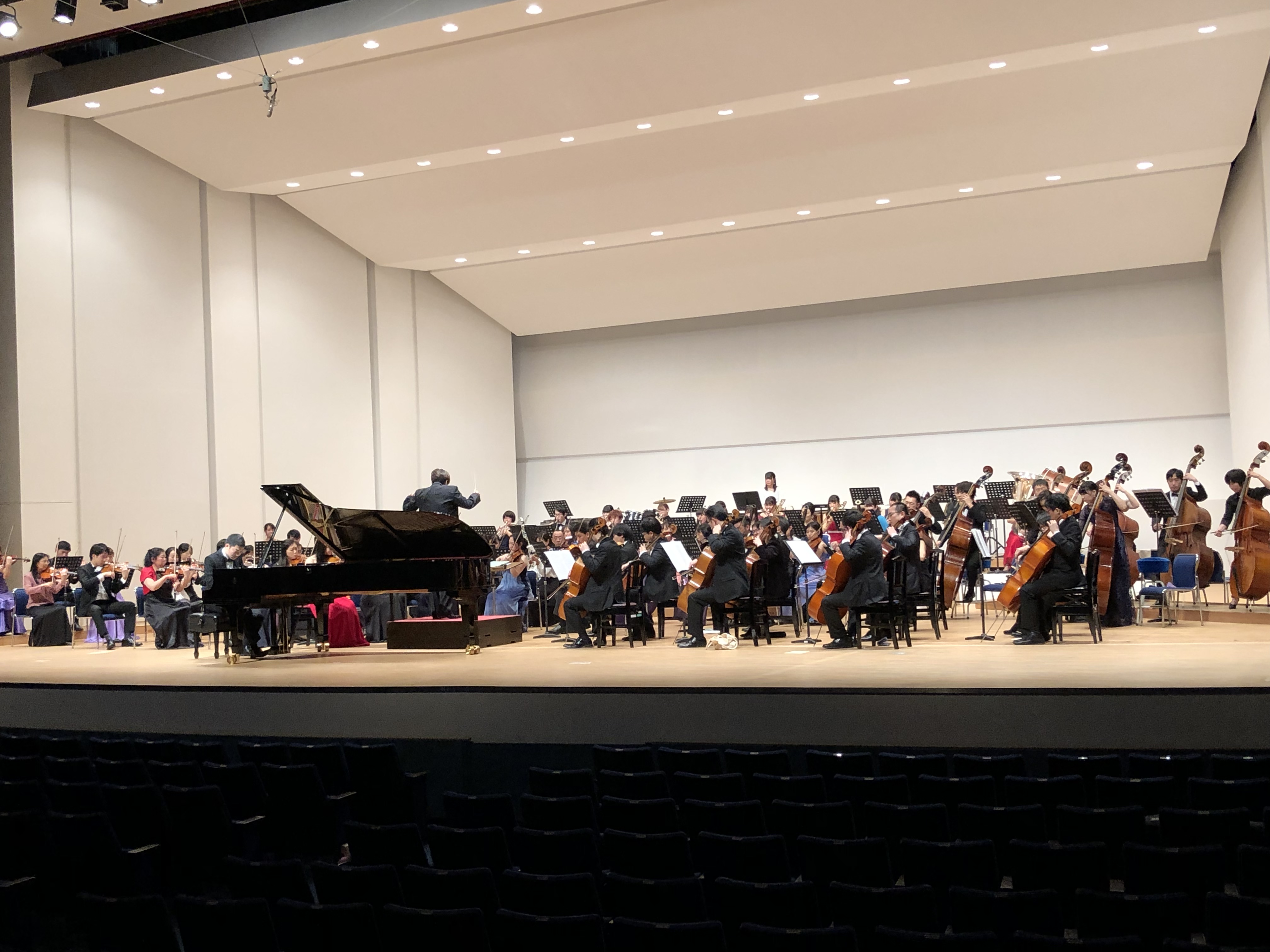 国立音楽院管弦楽団が人見記念講堂で開場リハーサルを行っている様子。客席側からのアングル。