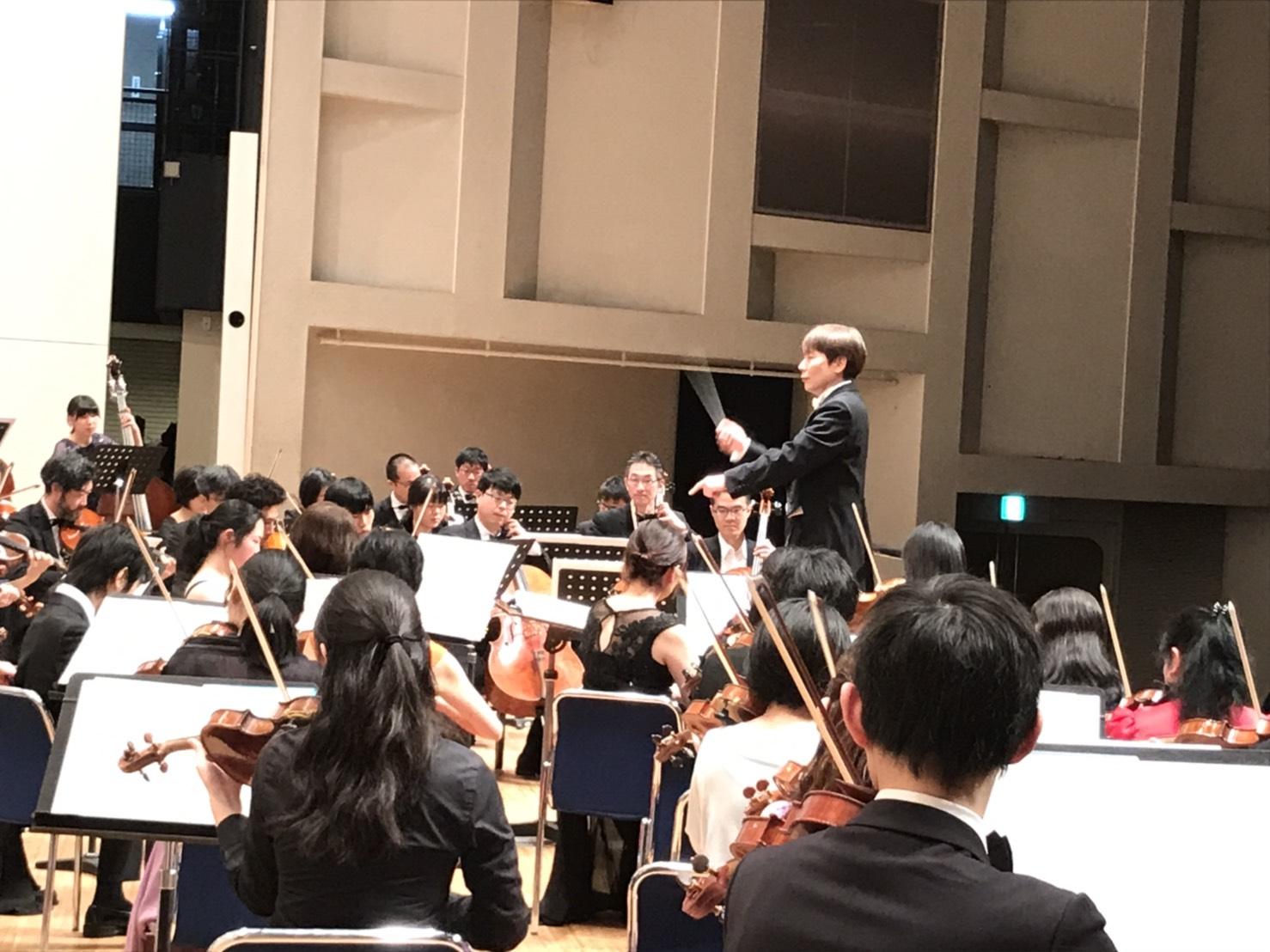 国立音楽院管弦楽団が人見記念講堂で演奏している様子。ステージ袖からのアングル。